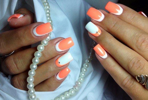 Коралловый с белым френч на ногтях