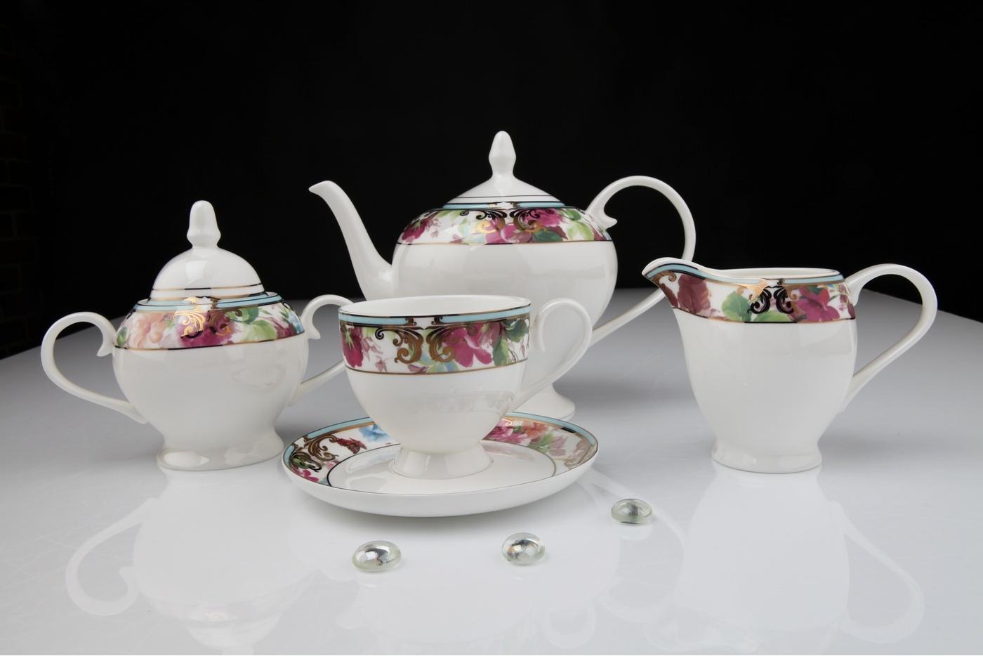 Чайный сервиз Royal Aurel Цветущий сад арт.125, 15 предметовСкидки на товары для кухни<br>Чайный сервиз Royal Aurel Цветущий сад арт.125, 15 предметов<br><br><br><br><br><br><br><br><br><br><br>Чашка 270 мл,6 шт.<br>Блюдце 15 см,6 шт.<br>Чайник 1100 мл<br>Сахарница 370 мл<br><br><br><br><br><br><br><br><br>Молочник 300 мл<br><br><br><br><br><br><br><br><br>Производить посуду из фарфора начали в Китае на стыке 6-7 веков. Неустанно совершенствуя и селективно отбирая сырье для производства посуды из фарфора, мастерам удалось добиться выдающихся характеристик фарфора: белизны и тонкостенности. В XV веке появился особый интерес к китайской фарфоровой посуде, так как в это время Европе возникла мода на самобытные китайские вещи. Роскошный китайский фарфор являлся изыском и был в новинку, поэтому он выступал в качестве подарка королям, а также знатным людям. Такой дорогой подарок был очень престижен и по праву являлся элитной посудой. Как известно из многочисленных исторических документов, в Европе китайские изделия из фарфора ценились практически как золото. <br>Проверка изделий из костяного фарфора на подлинность <br>По сравнению с производством других видов фарфора процесс производства изделий из настоящего костяного фарфора сложен и весьма длителен. Посуда из изящного фарфора - это элитная посуда, которая всегда ассоциируется с богатством, величием и благородством. Несмотря на небольшую толщину, фарфоровая посуда - это очень прочное изделие. Для демонстрации плотности и прочности фарфора можно легко коснуться предметов посуды из фарфора деревянной палочкой, и тогда мы услушим характерный металлический звон. В составе фарфоровой посуды присутствует костяная зола, благодаря чему она может быть намного тоньше (не более 2,5 мм) и легче твердого или мягкого фарфора. Безупречная белизна - ключевой признак отличия такого фарфора от других. Цвет обычного фарфора сероватый или ближе к голубоватому, а костяной фарфор будет всегда будет молочно-белого цвета. Характерная и немалов
