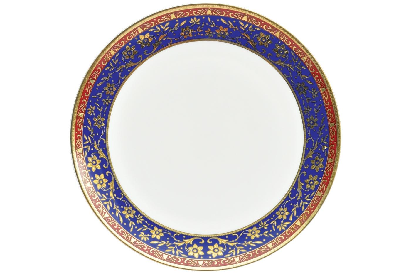 Набор из 6 тарелок Royal Aurel Кобальт (25см) арт.620Наборы тарелок<br>Набор из 6 тарелок Royal Aurel Кобальт (25см) арт.620<br>Производить посуду из фарфора начали в Китае на стыке 6-7 веков. Неустанно совершенствуя и селективно отбирая сырье для производства посуды из фарфора, мастерам удалось добиться выдающихся характеристик фарфора: белизны и тонкостенности. В XV веке появился особый интерес к китайской фарфоровой посуде, так как в это время Европе возникла мода на самобытные китайские вещи. Роскошный китайский фарфор являлся изыском и был в новинку, поэтому он выступал в качестве подарка королям, а также знатным людям. Такой дорогой подарок был очень престижен и по праву являлся элитной посудой. Как известно из многочисленных исторических документов, в Европе китайские изделия из фарфора ценились практически как золото. <br>Проверка изделий из костяного фарфора на подлинность <br>По сравнению с производством других видов фарфора процесс производства изделий из настоящего костяного фарфора сложен и весьма длителен. Посуда из изящного фарфора - это элитная посуда, которая всегда ассоциируется с богатством, величием и благородством. Несмотря на небольшую толщину, фарфоровая посуда - это очень прочное изделие. Для демонстрации плотности и прочности фарфора можно легко коснуться предметов посуды из фарфора деревянной палочкой, и тогда мы услушим характерный металлический звон. В составе фарфоровой посуды присутствует костяная зола, благодаря чему она может быть намного тоньше (не более 2,5 мм) и легче твердого или мягкого фарфора. Безупречная белизна - ключевой признак отличия такого фарфора от других. Цвет обычного фарфора сероватый или ближе к голубоватому, а костяной фарфор будет всегда будет молочно-белого цвета. Характерная и немаловажная деталь - это невесомая прозрачность изделий из фарфора такая, что сквозь него проходит свет.<br>