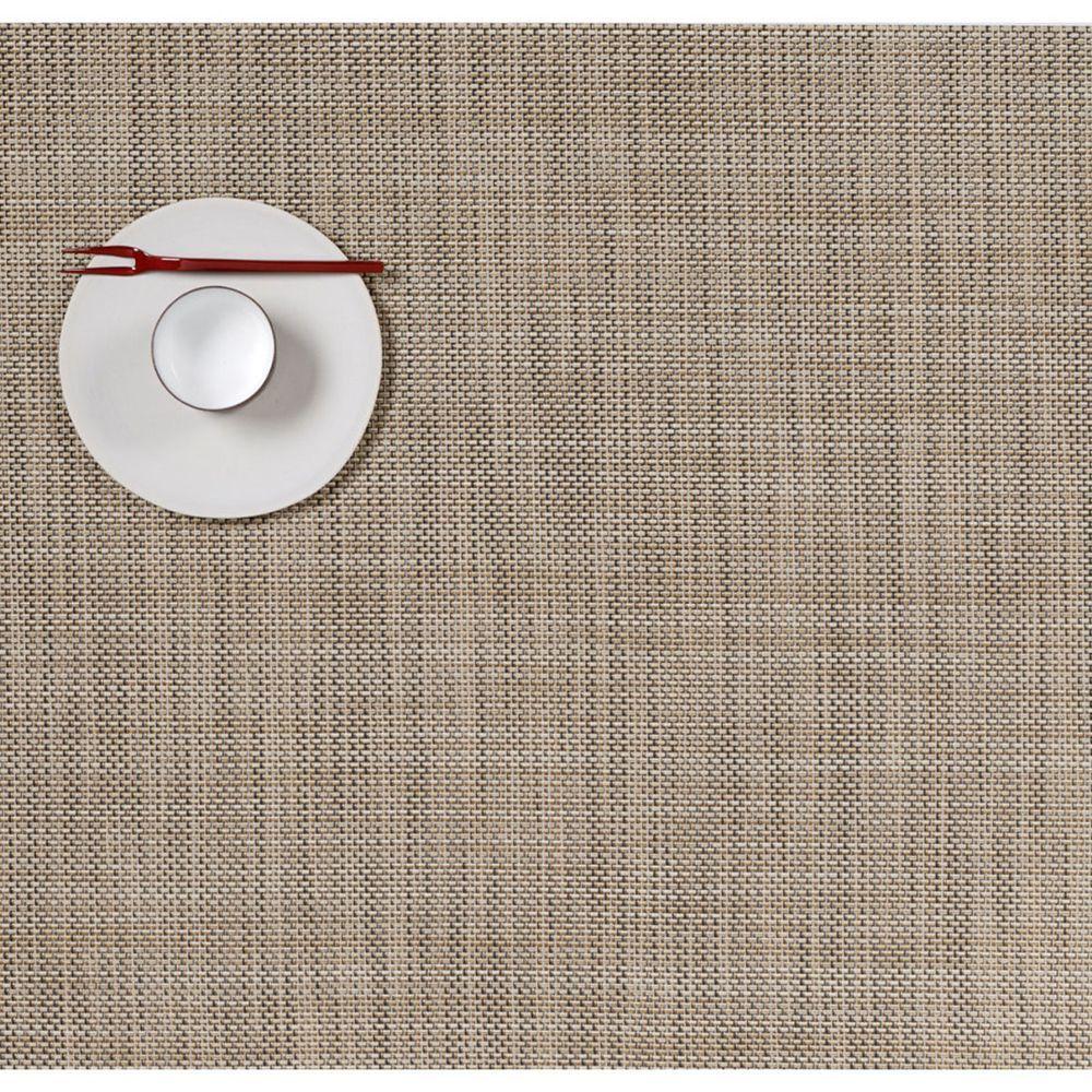 Салфетка подстановочная, жаккардовое плетение, винил, (36х48) Linen (100132-014) CHILEWICH Mini Basketweave арт. 0025-MNBK-LINEСервировка стола<br>Салфетки и подставки для посуды от американского дизайнера Сэнди Чилевич, выполнены из виниловых нитей — современного материала, позволяющего создавать оригинальные текстуры изделий без ущерба для их долговечности. Возможно, именно в этом кроется главный секрет популярности этих стильных салфеток.<br>Впрочем, это не мешает подставочным салфеткам Chilewich оставаться достаточно демократичными, для того чтобы занять своё место и на вашем столе. Вашему вниманию предлагается широкий выбор вариантов дизайна спокойных тонов, способного органично вписаться практически в любой интерьер.<br><br>длина (см):48материал:винилпредметов в наборе (штук):1страна:СШАширина (см):36.0<br>