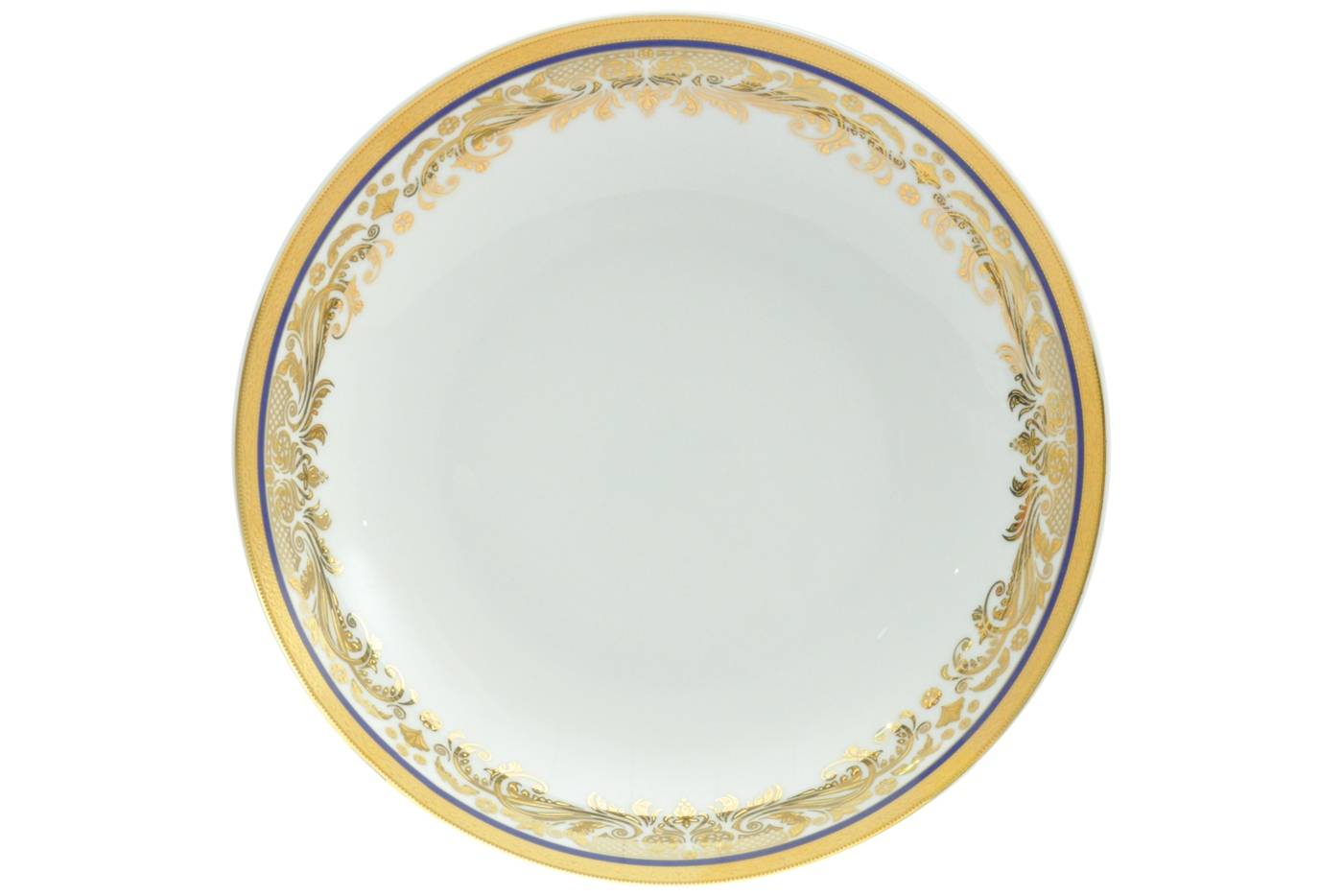 Набор из 6 тарелок суповых Royal Aurel Элит (20см) арт.721Наборы тарелок<br>Набор из 6 тарелок суповых Royal Aurel Элит (20см) арт.721<br>Производить посуду из фарфора начали в Китае на стыке 6-7 веков. Неустанно совершенствуя и селективно отбирая сырье для производства посуды из фарфора, мастерам удалось добиться выдающихся характеристик фарфора: белизны и тонкостенности. В XV веке появился особый интерес к китайской фарфоровой посуде, так как в это время Европе возникла мода на самобытные китайские вещи. Роскошный китайский фарфор являлся изыском и был в новинку, поэтому он выступал в качестве подарка королям, а также знатным людям. Такой дорогой подарок был очень престижен и по праву являлся элитной посудой. Как известно из многочисленных исторических документов, в Европе китайские изделия из фарфора ценились практически как золото. <br>Проверка изделий из костяного фарфора на подлинность <br>По сравнению с производством других видов фарфора процесс производства изделий из настоящего костяного фарфора сложен и весьма длителен. Посуда из изящного фарфора - это элитная посуда, которая всегда ассоциируется с богатством, величием и благородством. Несмотря на небольшую толщину, фарфоровая посуда - это очень прочное изделие. Для демонстрации плотности и прочности фарфора можно легко коснуться предметов посуды из фарфора деревянной палочкой, и тогда мы услушим характерный металлический звон. В составе фарфоровой посуды присутствует костяная зола, благодаря чему она может быть намного тоньше (не более 2,5 мм) и легче твердого или мягкого фарфора. Безупречная белизна - ключевой признак отличия такого фарфора от других. Цвет обычного фарфора сероватый или ближе к голубоватому, а костяной фарфор будет всегда будет молочно-белого цвета. Характерная и немаловажная деталь - это невесомая прозрачность изделий из фарфора такая, что сквозь него проходит свет.<br>