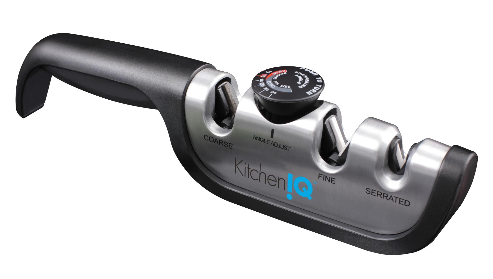 Точилка механическая для ножей KitchenIQ 50265Ручные механические точилки для ножей<br>Точилка механическая для ножей KitchenIQ 50265<br>Механическая точилка с регулируемым углом заточки KitchenIQ является поистине уникальным устройством в своем классе, настоящим универсальным инструментом, поскольку подходит для заточки как азиатских, так и европейских, и серрейтированных ножей. Точилка имеет отсек с карбидными абразивами, необходимыми для заточки очень тупых или поврежденных ножей. Для стадии полировки, легкой правки или полировки существует отсек с алмазными абразивами. <br>Однако отличительной особенностью данной конкретной модели является возможность настраивания угла заточки: существует 6 вариантов (14, 16, 18, 20, 22 и 24 градуса). Он легко изменяется в обоих пазах (грубой и тонкой заточки). Можно также воспользоваться заводским углом заточки режущей кромки, который считается наиболее щадящим режимом, поскольку снимет меньшее количество слоев металла. Для возвращения первозданной остроты лезвия достаточно 6-10 протяжек. <br>Чтобы точилка прослужила как можно дольше, рекомендуется очищать ее после каждого использования тканевым полотенцем или мягкой щеткой. Промывать устройство под струей воды нельзя.<br>