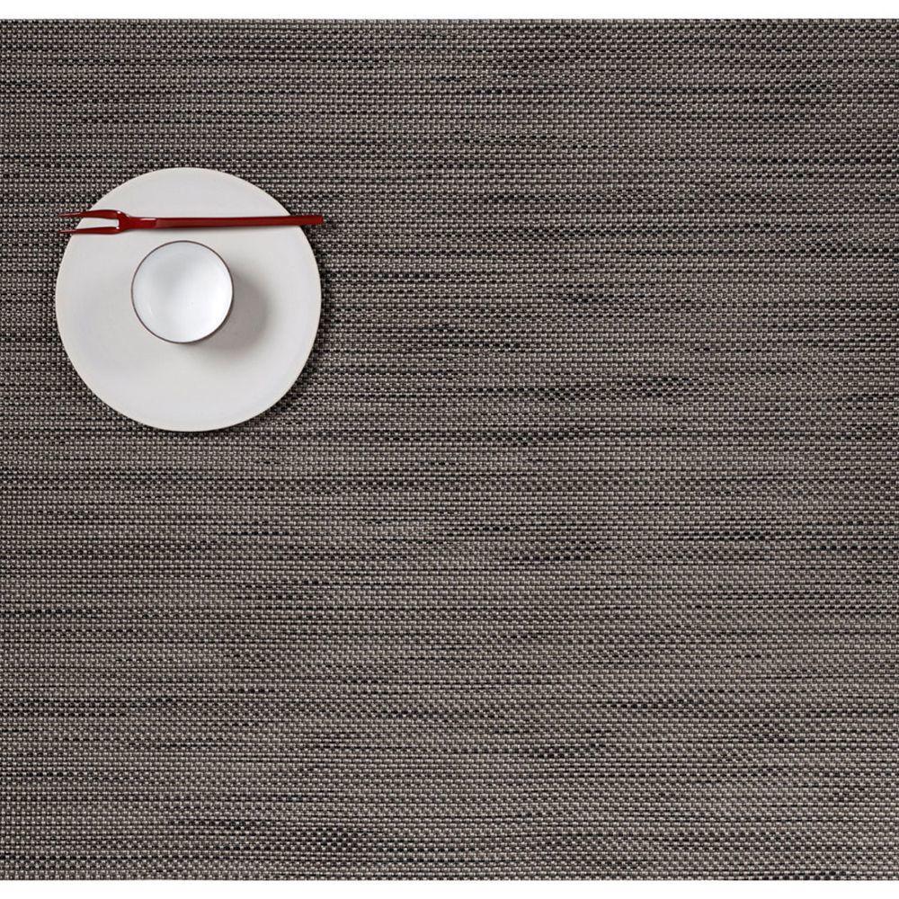Салфетка подстановочная, жаккардовое плетение, винил, (36х48) Light grey (100132-015) CHILEWICH Mini Basketweave арт. 0025-MNBK-LTGRСервировка стола<br>Салфетки и подставки для посуды от американского дизайнера Сэнди Чилевич, выполнены из виниловых нитей — современного материала, позволяющего создавать оригинальные текстуры изделий без ущерба для их долговечности. Возможно, именно в этом кроется главный секрет популярности этих стильных салфеток.<br>Впрочем, это не мешает подставочным салфеткам Chilewich оставаться достаточно демократичными, для того чтобы занять своё место и на вашем столе. Вашему вниманию предлагается широкий выбор вариантов дизайна спокойных тонов, способного органично вписаться практически в любой интерьер.<br><br>длина (см):48материал:винилпредметов в наборе (штук):1страна:СШАширина (см):36.0<br>Официальный продавец CHILEWICH<br>