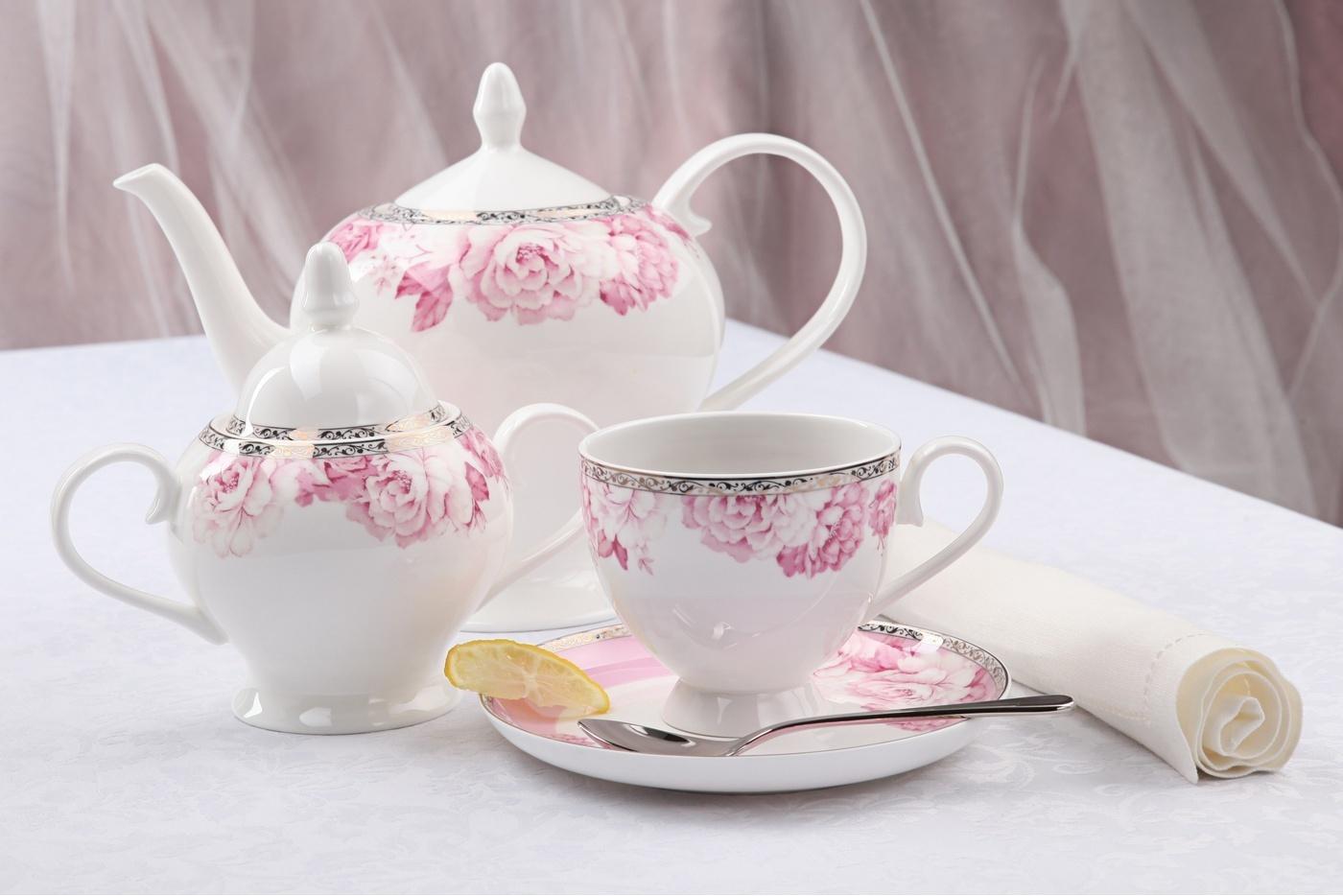 Чайный сервиз Royal Aurel Пион арт.128, 15 предметовЧайные сервизы<br>Чайный сервиз Royal Aurel Пион арт.128, 15 предметов<br><br><br><br><br><br><br><br><br><br><br>Чашка 270 мл,6 шт.<br>Блюдце 15 см,6 шт.<br>Чайник 1100 мл<br>Сахарница 370 мл<br><br><br><br><br><br><br><br><br>Молочник 300 мл<br><br><br><br><br><br><br><br><br>Производить посуду из фарфора начали в Китае на стыке 6-7 веков. Неустанно совершенствуя и селективно отбирая сырье для производства посуды из фарфора, мастерам удалось добиться выдающихся характеристик фарфора: белизны и тонкостенности. В XV веке появился особый интерес к китайской фарфоровой посуде, так как в это время Европе возникла мода на самобытные китайские вещи. Роскошный китайский фарфор являлся изыском и был в новинку, поэтому он выступал в качестве подарка королям, а также знатным людям. Такой дорогой подарок был очень престижен и по праву являлся элитной посудой. Как известно из многочисленных исторических документов, в Европе китайские изделия из фарфора ценились практически как золото. <br>Проверка изделий из костяного фарфора на подлинность <br>По сравнению с производством других видов фарфора процесс производства изделий из настоящего костяного фарфора сложен и весьма длителен. Посуда из изящного фарфора - это элитная посуда, которая всегда ассоциируется с богатством, величием и благородством. Несмотря на небольшую толщину, фарфоровая посуда - это очень прочное изделие. Для демонстрации плотности и прочности фарфора можно легко коснуться предметов посуды из фарфора деревянной палочкой, и тогда мы услушим характерный металлический звон. В составе фарфоровой посуды присутствует костяная зола, благодаря чему она может быть намного тоньше (не более 2,5 мм) и легче твердого или мягкого фарфора. Безупречная белизна - ключевой признак отличия такого фарфора от других. Цвет обычного фарфора сероватый или ближе к голубоватому, а костяной фарфор будет всегда будет молочно-белого цвета. Характерная и немаловажная деталь - это невесомая