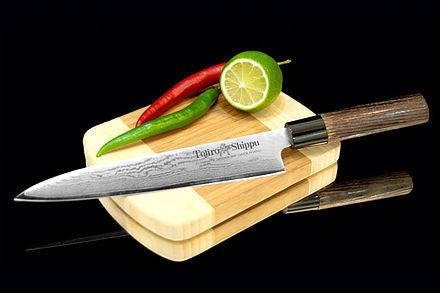 Нож кухонный стальной для нарезки, слайсер (180мм) Tojiro Shippu FD-599Tojiro Shippu<br>Нож кухонный стальной для нарезки, слайсер (180мм) Tojiro Shippu FD-599<br><br>Ножи Tojiro Shippu – профессиональные японские ножи! Это сочетание классического дизайна и современных материалов и технологий. Рисунок дамасковых обкладок спокойный, границы между слоями немного чувствуются. Граница перехода накладок к центральному слою аккуратная, с обоих сторон.<br>Центральный слой из японской стали VGold-10 дает отличный рез и длительную остроту.Серия ножей с рукоятками из натурального дерева и дамасскими клинками. Это поистине триумф японской гармонии на вашей кухне. Сердцевину клинка с твердостью до 63 HRc защищает обкладка из 37 или 63 слоев нержавеющей стали.<br>Серия кухонных ножей Tojiro Shippu - это серия ножей класса Люкс - элегантных японских ножей из дамасской стали.<br>Официальный сертифицированный продавец TOJIRO<br>