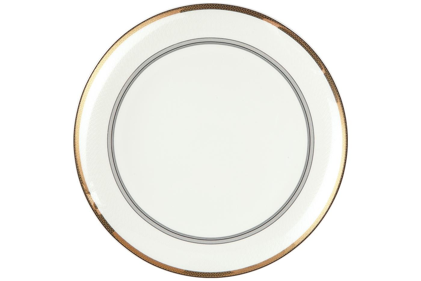 Набор из 6 тарелок Royal Aurel Консул (25см) арт.603Наборы тарелок<br>Набор из 6 тарелок Royal Aurel Консул (25см) арт.603<br>Производить посуду из фарфора начали в Китае на стыке 6-7 веков. Неустанно совершенствуя и селективно отбирая сырье для производства посуды из фарфора, мастерам удалось добиться выдающихся характеристик фарфора: белизны и тонкостенности. В XV веке появился особый интерес к китайской фарфоровой посуде, так как в это время Европе возникла мода на самобытные китайские вещи. Роскошный китайский фарфор являлся изыском и был в новинку, поэтому он выступал в качестве подарка королям, а также знатным людям. Такой дорогой подарок был очень престижен и по праву являлся элитной посудой. Как известно из многочисленных исторических документов, в Европе китайские изделия из фарфора ценились практически как золото. <br>Проверка изделий из костяного фарфора на подлинность <br>По сравнению с производством других видов фарфора процесс производства изделий из настоящего костяного фарфора сложен и весьма длителен. Посуда из изящного фарфора - это элитная посуда, которая всегда ассоциируется с богатством, величием и благородством. Несмотря на небольшую толщину, фарфоровая посуда - это очень прочное изделие. Для демонстрации плотности и прочности фарфора можно легко коснуться предметов посуды из фарфора деревянной палочкой, и тогда мы услушим характерный металлический звон. В составе фарфоровой посуды присутствует костяная зола, благодаря чему она может быть намного тоньше (не более 2,5 мм) и легче твердого или мягкого фарфора. Безупречная белизна - ключевой признак отличия такого фарфора от других. Цвет обычного фарфора сероватый или ближе к голубоватому, а костяной фарфор будет всегда будет молочно-белого цвета. Характерная и немаловажная деталь - это невесомая прозрачность изделий из фарфора такая, что сквозь него проходит свет.<br>