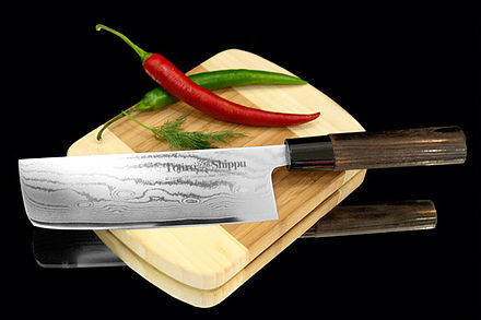 Нож кухонный стальной Накири (165мм) Tojiro Shippu FD-598Tojiro Shippu<br>Нож кухонный стальной Накири (165мм) Tojiro Shippu FD-598<br><br>Ножи Tojiro Shippu – профессиональные японские ножи! Это сочетание классического дизайна и современных материалов и технологий. Рисунок дамасковых обкладок спокойный, границы между слоями немного чувствуются. Граница перехода накладок к центральному слою аккуратная, с обоих сторон.<br>Центральный слой из японской стали VGold-10 дает отличный рез и длительную остроту.Серия ножей с рукоятками из натурального дерева и дамасскими клинками. Это поистине триумф японской гармонии на вашей кухне. Сердцевину клинка с твердостью до 63 HRc защищает обкладка из 37 или 63 слоев нержавеющей стали.<br>Серия кухонных ножей Tojiro Shippu - это серия ножей класса Люкс - элегантных японских ножей из дамасской стали.<br>Официальный сертифицированный продавец TOJIRO<br>