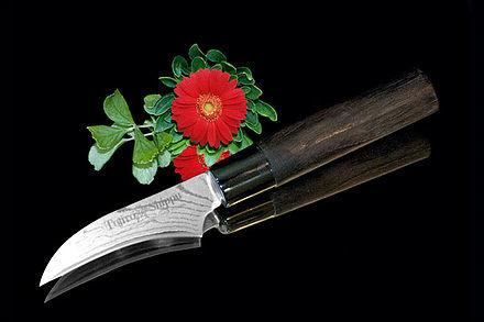 Нож кухонный стальной овощной (70мм) Tojiro Shippu FD-590Tojiro Shippu<br>Нож кухонный стальной овощной (70мм) Tojiro Shippu FD-590<br><br>Ножи Tojiro Shippu – профессиональные японские ножи! Это сочетание классического дизайна и современных материалов и технологий. Рисунок дамасковых обкладок спокойный, границы между слоями немного чувствуются. Граница перехода накладок к центральному слою аккуратная, с обоих сторон.<br>Центральный слой из японской стали VGold-10 дает отличный рез и длительную остроту.Серия ножей с рукоятками из натурального дерева и дамасскими клинками. Это поистине триумф японской гармонии на вашей кухне. Сердцевину клинка с твердостью до 63 HRc защищает обкладка из 37 или 63 слоев нержавеющей стали.<br>Серия кухонных ножей Tojiro Shippu - это серия ножей класса Люкс - элегантных японских ножей из дамасской стали.<br>Официальный сертифицированный продавец TOJIRO<br>