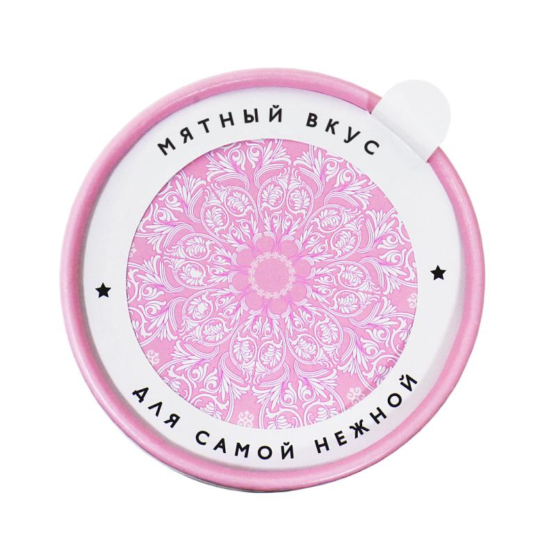 Стильные штучки «Для самой нежной»День рождения<br>Очаровательный подарок для нежных девушек. Женская нежность — это редкое и бесценное качество, которое несомненно нравиться мужчинам. Для такой волшебной девушки, прикасаясь к которой душа теплеет, подарки должны быть тоже нежные! Аккуратная маленькая коробочка пастельно-розового цвета с хрупкими цветами – идеальный подарок для вашей принцессы.<br>А может быть твоя мама самая нежная?<br>Что внутри:Мятно-фруктовые сахарные пастилки«Ассорти»<br>Размеры: 8 см (диаметр) 5 см (высота)<br>Вес: 90 гр.<br>