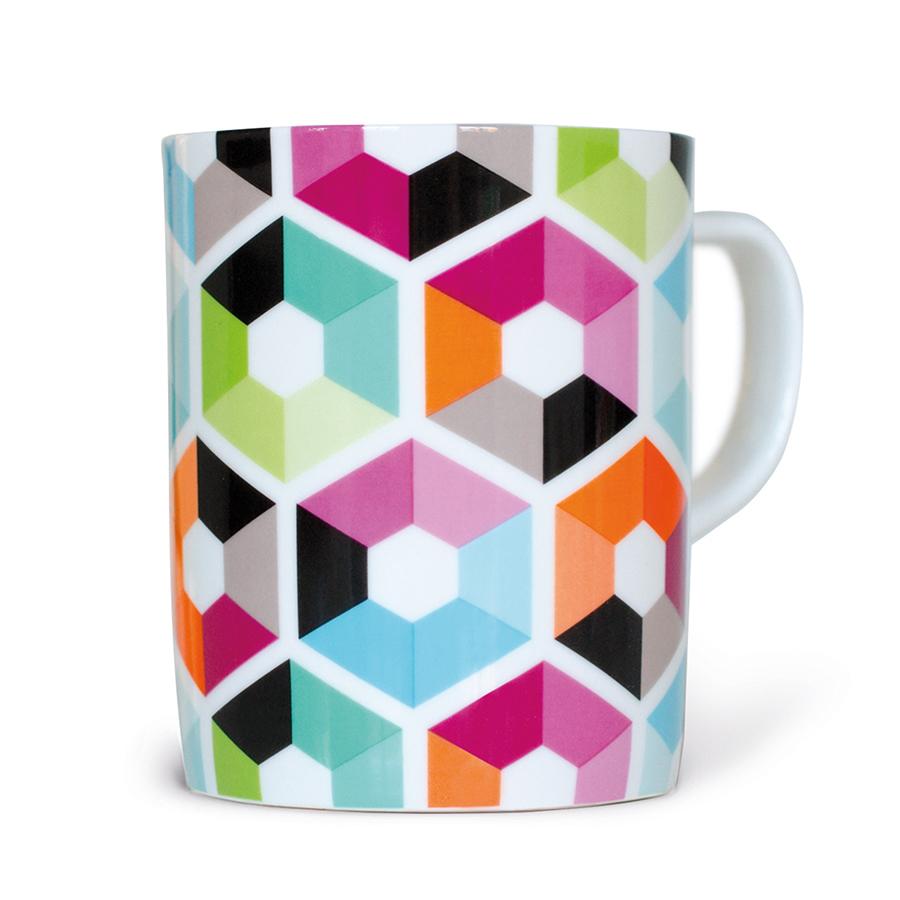 Чашка Remember Hexagon CM09Кружки и чашки<br>Чашка Hexagon обладает изящными формами и ярким дизайном. Благодаря этому она создает красочный акцент на кухонном столе, доставляя вам еще больше удовольствия от процесса чаепития. Изделие выполнено из уникального материала – настоящего костяного фарфора, известного высокой прочностью и элегантным молочным цветом. Снаружи оно декорировано стильным принтом в виде разноцветных шестиугольников, который является одним из основных фирменных рисунков компании.<br>