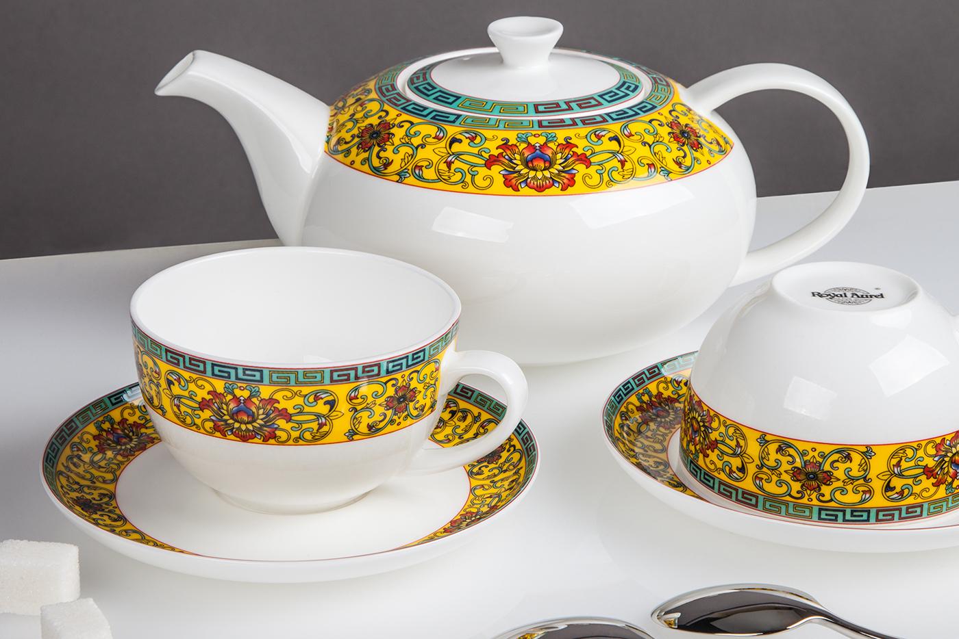 Чайный сервиз Royal Aurel Восторг арт.145, 13 предметовЧайные сервизы<br>Чайный сервиз Royal Aurel Восторг арт.145, 13 предметов<br><br><br><br><br><br><br><br><br><br><br>Чашка 300 мл,6 шт.<br>Блюдце 15 см,6 шт.<br>Чайник 1300 мл<br><br><br><br><br><br><br>Производить посуду из фарфора начали в Китае на стыке 6-7 веков. Неустанно совершенствуя и селективно отбирая сырье для производства посуды из фарфора, мастерам удалось добиться выдающихся характеристик фарфора: белизны и тонкостенности. В XV веке появился особый интерес к китайской фарфоровой посуде, так как в это время Европе возникла мода на самобытные китайские вещи. Роскошный китайский фарфор являлся изыском и был в новинку, поэтому он выступал в качестве подарка королям, а также знатным людям. Такой дорогой подарок был очень престижен и по праву являлся элитной посудой. Как известно из многочисленных исторических документов, в Европе китайские изделия из фарфора ценились практически как золото. <br>Проверка изделий из костяного фарфора на подлинность <br>По сравнению с производством других видов фарфора процесс производства изделий из настоящего костяного фарфора сложен и весьма длителен. Посуда из изящного фарфора - это элитная посуда, которая всегда ассоциируется с богатством, величием и благородством. Несмотря на небольшую толщину, фарфоровая посуда - это очень прочное изделие. Для демонстрации плотности и прочности фарфора можно легко коснуться предметов посуды из фарфора деревянной палочкой, и тогда мы услушим характерный металлический звон. В составе фарфоровой посуды присутствует костяная зола, благодаря чему она может быть намного тоньше (не более 2,5 мм) и легче твердого или мягкого фарфора. Безупречная белизна - ключевой признак отличия такого фарфора от других. Цвет обычного фарфора сероватый или ближе к голубоватому, а костяной фарфор будет всегда будет молочно-белого цвета. Характерная и немаловажная деталь - это невесомая прозрачность изделий из фарфора такая, что сквозь него проходит свет.<br