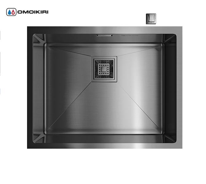 Кухонная мойка из нержавеющей стали OMOIKIRI Akisame 54-U-GM (4993107)Кухонные мойки из нержавеющей стали<br>Кухонная мойка из нержавеющей стали OMOIKIRI Akisame 54-U-GM (4993107)<br><br><br>Размер выреза под мойку при монтаже под столешницу: 500х400 мм, угловой радиус врезки: 10 мм.<br>Японская высококачественная хромоникелевая нержавеющая сталь с покрытием PVD.<br>Матовая полировка, устойчивая к появлению царапин.<br>Упаковка обеспечивает максимально безопасную транспортировку.<br>Мойка упакована в пластиковый пакет, пенопластовые уголки, картонную коробку.<br>Корпус мойки обработан специальным противошумным составом и дополнительными резиновыми накладками с 5-ти сторон чаши.<br><br><br>Комплектация:<br><br>автоматический донный клапан;<br>крепления;<br>сифон.<br><br><br>Упаковка:<br><br>картонная коробка;<br>пенопласт;<br>пакет из нетканного материала.<br><br><br><br><br><br><br>Нержавеющая сталь OMOIKIRI<br>Вся нержавеющая сталь OMOIKIRI соответствует маркировке 18/8. Это аустенитная сталь содержит 18% хрома и 8% никеля, что обеспечивает ее максимальную защиту от коррозии.<br>Нержавеющая сталь OMOIKIRI подвергается уникальной обработке холодом «GOKIN»©, повышающей ее твердость и износостойкость.<br><br><br><br><br><br>PVD- и ORB-покрытия<br>Компания OMOIKIRI активно использует новейшие виды износостойких покрытий — PVD и ORB. Технология PVD заключается в напылении конденсации из паровой (газовой) фазы на исходный материал, что придает продукции твёрдость, стойкость и антиаллергические свойства. ORB-покрытие наделяет смеситель оттенком промасленной бронзы.<br><br><br><br><br><br>Кухонные мойки из нержавеющей стали OMOIKIRI при производстве проходят три этапа контроля качества:<br><br>контроль состава нержавеющей стали на соответствие стандартам содержания цветных металлов и указанной маркировке;<br>проверка качества металлических заготовок перед производством;<br>контроль качества изделий на всех этапах производства.<br><br><br><br><br><br>Руководство по монтажу<
