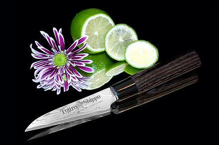 Нож кухонный стальной овощной (90мм) Tojiro Shippu FD-591Tojiro Shippu<br>Нож кухонный стальной овощной (90мм) Tojiro Shippu FD-591<br><br>Ножи Tojiro Shippu – профессиональные японские ножи! Это сочетание классического дизайна и современных материалов и технологий. Рисунок дамасковых обкладок спокойный, границы между слоями немного чувствуются. Граница перехода накладок к центральному слою аккуратная, с обоих сторон.<br>Центральный слой из японской стали VGold-10 дает отличный рез и длительную остроту.Серия ножей с рукоятками из натурального дерева и дамасскими клинками. Это поистине триумф японской гармонии на вашей кухне. Сердцевину клинка с твердостью до 63 HRc защищает обкладка из 37 или 63 слоев нержавеющей стали.<br>Серия кухонных ножей Tojiro Shippu - это серия ножей класса Люкс - элегантных японских ножей из дамасской стали.<br>Официальный сертифицированный продавец TOJIRO<br>