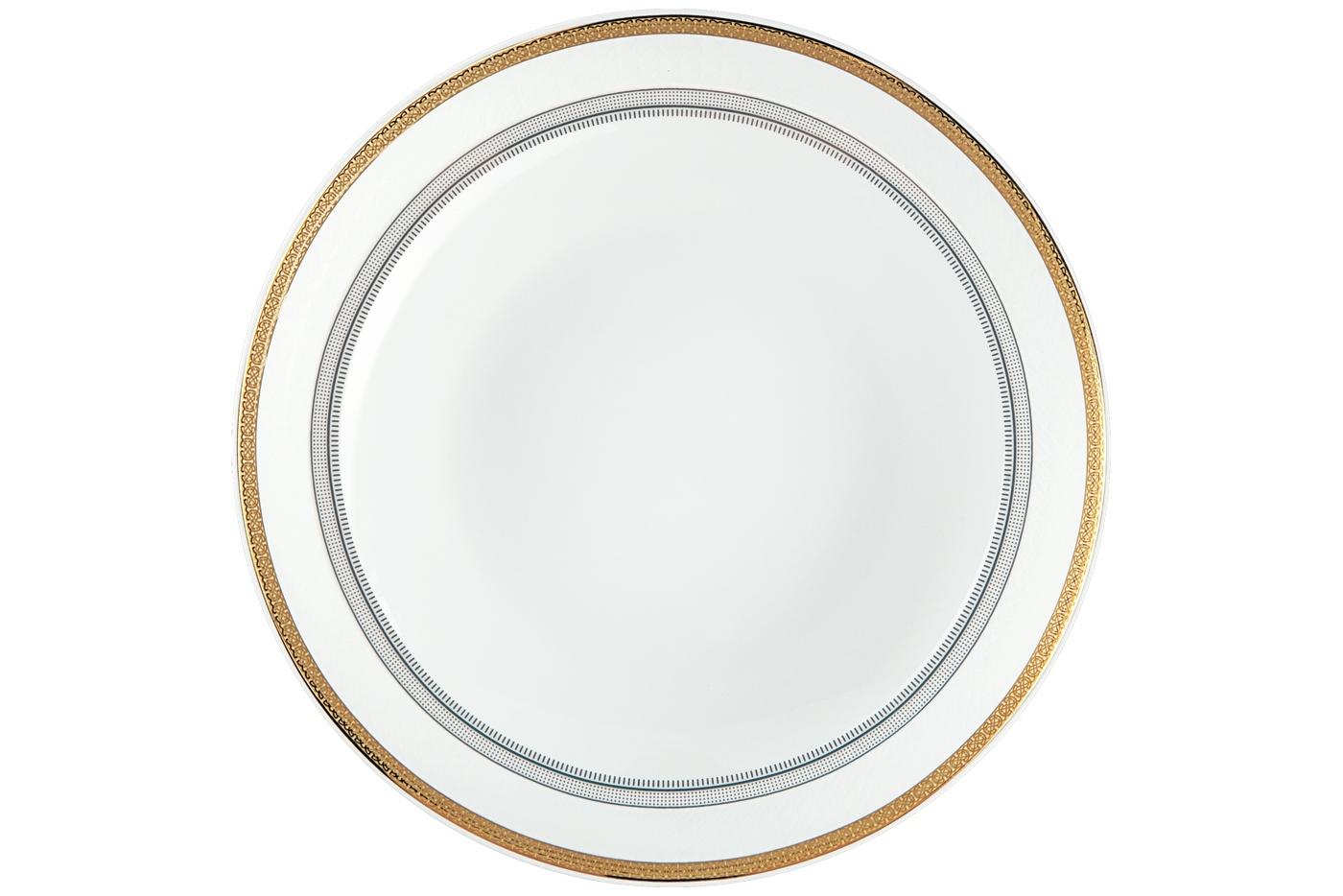 Набор из 6 тарелок суповых Royal Aurel Консул (20см) арт.703Наборы тарелок<br>Набор из 6 тарелок суповых Royal Aurel Консул (20см) арт.703<br>Производить посуду из фарфора начали в Китае на стыке 6-7 веков. Неустанно совершенствуя и селективно отбирая сырье для производства посуды из фарфора, мастерам удалось добиться выдающихся характеристик фарфора: белизны и тонкостенности. В XV веке появился особый интерес к китайской фарфоровой посуде, так как в это время Европе возникла мода на самобытные китайские вещи. Роскошный китайский фарфор являлся изыском и был в новинку, поэтому он выступал в качестве подарка королям, а также знатным людям. Такой дорогой подарок был очень престижен и по праву являлся элитной посудой. Как известно из многочисленных исторических документов, в Европе китайские изделия из фарфора ценились практически как золото. <br>Проверка изделий из костяного фарфора на подлинность <br>По сравнению с производством других видов фарфора процесс производства изделий из настоящего костяного фарфора сложен и весьма длителен. Посуда из изящного фарфора - это элитная посуда, которая всегда ассоциируется с богатством, величием и благородством. Несмотря на небольшую толщину, фарфоровая посуда - это очень прочное изделие. Для демонстрации плотности и прочности фарфора можно легко коснуться предметов посуды из фарфора деревянной палочкой, и тогда мы услушим характерный металлический звон. В составе фарфоровой посуды присутствует костяная зола, благодаря чему она может быть намного тоньше (не более 2,5 мм) и легче твердого или мягкого фарфора. Безупречная белизна - ключевой признак отличия такого фарфора от других. Цвет обычного фарфора сероватый или ближе к голубоватому, а костяной фарфор будет всегда будет молочно-белого цвета. Характерная и немаловажная деталь - это невесомая прозрачность изделий из фарфора такая, что сквозь него проходит свет.<br>