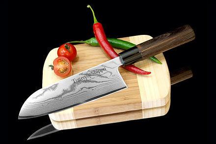 Нож кухонный стальной Сантоку (165мм) Tojiro Shippu FD-597Tojiro Shippu<br>Нож кухонный стальной Сантоку (165мм) Tojiro Shippu FD-597<br><br>Ножи Tojiro Shippu – профессиональные японские ножи! Это сочетание классического дизайна и современных материалов и технологий. Рисунок дамасковых обкладок спокойный, границы между слоями немного чувствуются. Граница перехода накладок к центральному слою аккуратная, с обоих сторон.<br>Центральный слой из японской стали VGold-10 дает отличный рез и длительную остроту.Серия ножей с рукоятками из натурального дерева и дамасскими клинками. Это поистине триумф японской гармонии на вашей кухне. Сердцевину клинка с твердостью до 63 HRc защищает обкладка из 37 или 63 слоев нержавеющей стали.<br>Серия кухонных ножей Tojiro Shippu - это серия ножей класса Люкс - элегантных японских ножей из дамасской стали.<br>Официальный сертифицированный продавец TOJIRO<br>