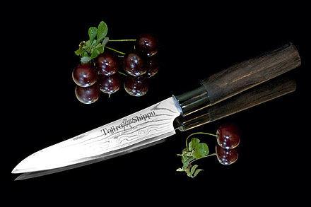 Нож кухонный стальной универсальный (130мм) Tojiro Shippu FD-592Tojiro Shippu<br>Нож кухонный стальной универсальный (130мм) Tojiro Shippu FD-592<br><br>Ножи Tojiro Shippu – профессиональные японские ножи! Это сочетание классического дизайна и современных материалов и технологий. Рисунок дамасковых обкладок спокойный, границы между слоями немного чувствуются. Граница перехода накладок к центральному слою аккуратная, с обоих сторон.<br>Центральный слой из японской стали VGold-10 дает отличный рез и длительную остроту.Серия ножей с рукоятками из натурального дерева и дамасскими клинками. Это поистине триумф японской гармонии на вашей кухне. Сердцевину клинка с твердостью до 63 HRc защищает обкладка из 37 или 63 слоев нержавеющей стали.<br>Серия кухонных ножей Tojiro Shippu - это серия ножей класса Люкс - элегантных японских ножей из дамасской стали.<br>Официальный сертифицированный продавец TOJIRO<br>