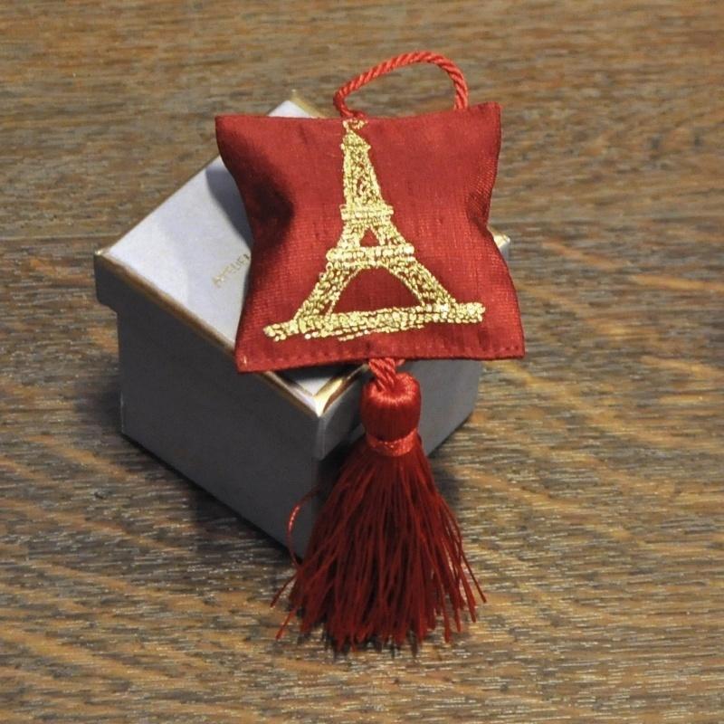 Серия «Эйфелева Башня» Саше<br>Серия Эйфелева Башня 1 красная подушечка-саше с вышивкой , серая коробка<br>