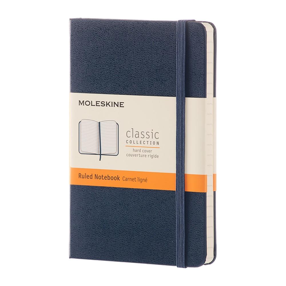 Блокнот Moleskine Classic Pocket, цвет синий, в линейкуMOLESKINE<br>Классическая коллекция в новых смелых цветах и с чистыми страницами, которые только и ждут того, чтобы вы заполнили их своими идеями. Включает все характерные элементы легендарного блокнота: скругленные углы, страницы цвета слоновой кости, эластичная застежка, ленточные закладки и расширяемый кармашек сзади, в красочной твердой обложке.<br>Особенности:<br>• 192 страницы;<br>• без разлиновки;<br>• обложка твердая;<br>• плотность листов70 г/м2.<br><br>Легендарный MOLESKINE<br>Марка Moleskine появилась в 1997, возродив образ легендарной записной книжки, столь любимой деятелями искусства и интеллектуалами последних двух столетий. Винсент Ван Гог и Пабло Пикассо, Эрнест Хемингуэй и Брюс Чатвин - все они были привязаны к своим надежным маленьким спутникам, безымянным записным книжицам в непромокаемых черных обложках, которые хранили наброски, заметки, истории и впечатления перед тем, как последние превращались в известные полотна или страницы любимых книг. Сегодня имя Moleskine ассоциируется с серией номадических атрибутов: записных книжек, блокнотов, еженедельников, сумок, аксессуаров для письма и для чтения, созданных для выражения нашей изменчивой индивидуальности. Неразлучные спутники творческих профессий, проводники из мира реальности в мир фантазий, немыслимые сегодня в отдельности от информационных технологий.<br>С 1 января 2007 года Moleskine является также названием компании-владельца всемирно известной зарегистрированной торговой марки. Кроме широко известных записных книжек и их типов, Moleskine SpA разрабатывает, производит и реализует целую серию предметов для творчества современных «странников». Компания начинает свою историю с маленького издательства Modo&amp;Modo в Милане, которое в 1997 году создало марку® Moleskine, вновь открыв и возродив удивительную традицию. Осенью 2006 компания Modo&amp;Modo spa была куплена компанией SGCapital Europe, сегодня -- Syntegra Capital, с целью полной реа