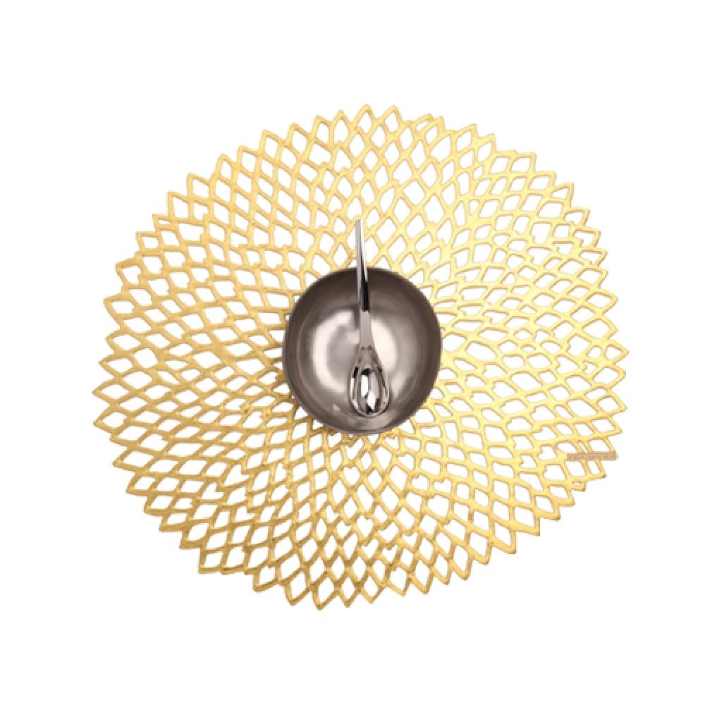 Салфетка подстановочная, винил, (36х39) Gold (100142-003) CHILEWICH Pressed dahlia арт. 0403-DAHL-GOLDСервировка стола<br>Подстановочные салфетки Pressed dahlia — простой и доступный способ создать неповторимую атмосферу романтичности, торжественности или домашнего уюта. Оригинальный дизайн круглых виниловых салфеток напоминает легкое кружево ручной работы и удачно сочетается с широкой гаммой оттенков.<br>Благодаря современным материалам подстановочные салфетки не только практичны и удобны в использовании, но и выглядят весьма респектабельно. Они устойчивы к выцветанию, легко моются, не деформируются и не подвержены образованию плесневого грибка.<br>Подстановочные салфетки Pressed dahlia имитируют ажурное плетение «под ручную вязку», но на самом деле выполнены из винила, что позволяет использовать их и для внутреннего интерьера, и для сервировки стола на свежем воздухе.<br><br>длина (см):39материал:винилпредметов в наборе (штук):1страна:СШАширина (см):36.0<br>Официальный продавец CHILEWICH<br>