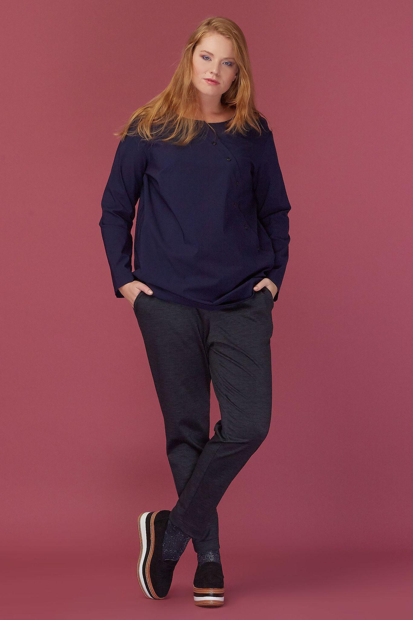 Блуза LE-08 B02 31Блузы<br>Блуза-рубашка из приятного плотного хлопка, с косой планкой-застежкой и свободным облеганием по спинке. Спинка немного длиннее полочки, что дает идеальную посадку. Новый взгляд на рубашку, привносящий в образ  чуточку Японии. Прекрасно подходит для офиса и прогулок по городу. Рост модели на фото 179 см, размер - 52 российский.Рост модели на фото 179 см, размер - 52 российский<br>