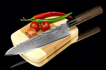 Нож кухонный стальной Шеф (210мм) Tojiro Shippu FD-594Tojiro Shippu<br>Нож кухонный стальной Шеф (210мм) Tojiro Shippu FD-594<br><br>Ножи Tojiro Shippu – профессиональные японские ножи! Это сочетание классического дизайна и современных материалов и технологий. Рисунок дамасковых обкладок спокойный, границы между слоями немного чувствуются. Граница перехода накладок к центральному слою аккуратная, с обоих сторон.<br>Центральный слой из японской стали VGold-10 дает отличный рез и длительную остроту.Серия ножей с рукоятками из натурального дерева и дамасскими клинками. Это поистине триумф японской гармонии на вашей кухне. Сердцевину клинка с твердостью до 63 HRc защищает обкладка из 37 или 63 слоев нержавеющей стали.<br>Серия кухонных ножей Tojiro Shippu - это серия ножей класса Люкс - элегантных японских ножей из дамасской стали.<br>Официальный сертифицированный продавец TOJIRO<br>