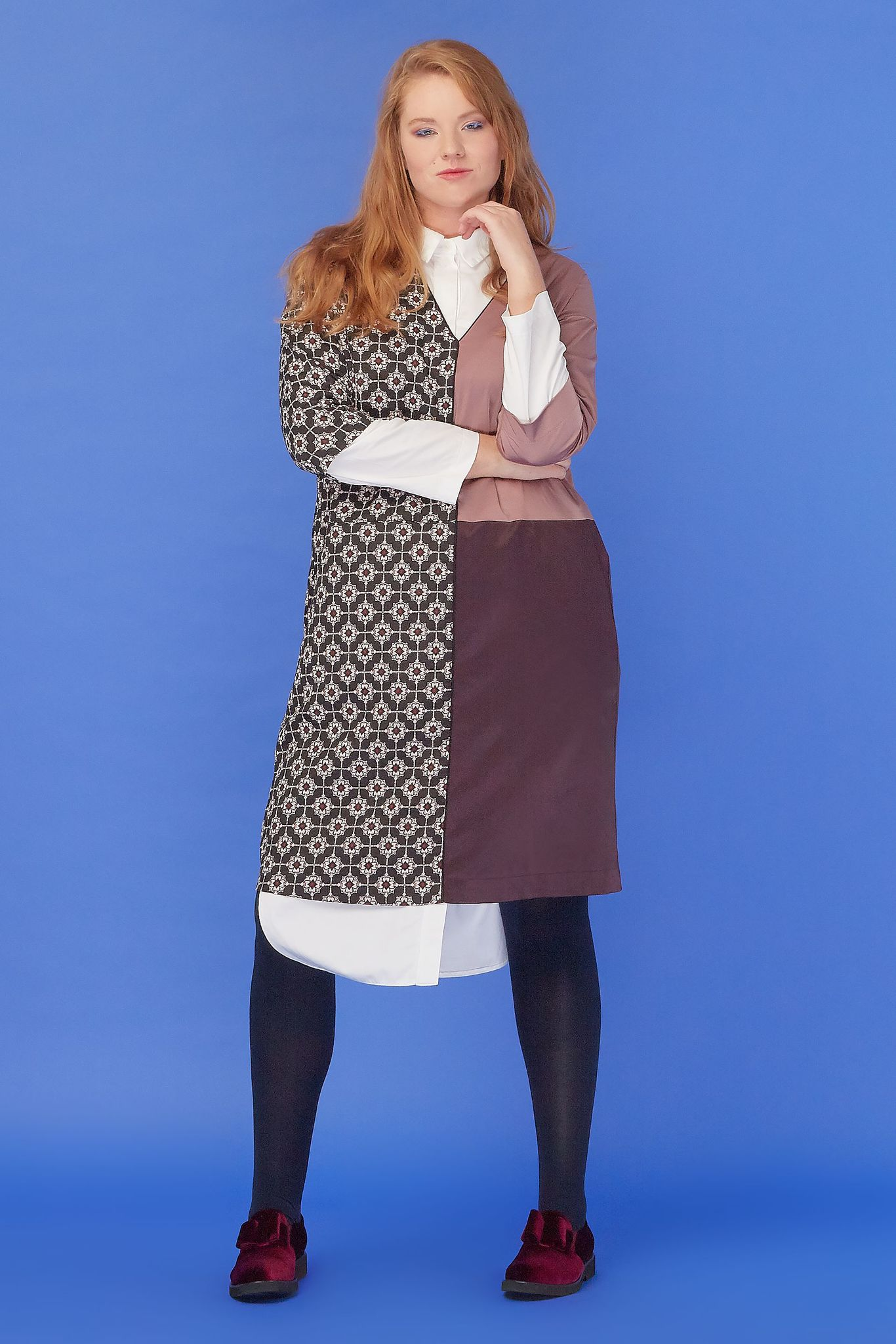 Платье-туника LE-08 T01 98/19Сейчас покупают<br>Туника , выполненная в использованием техники пэчворк, с правильной геометрией линий и V-образным вырезом. Свободное прилегание, функциональные карманы, длина-чуть выше колена. Рекомендуем носить с брюками, юбкой и поверх рубашки (из нашей коллекции), создавая правильную многослойность. С любой обувью и аксессуарами, для всех случаев жизни. Рост модели на фото 179 см, размер - 52 российский.<br>