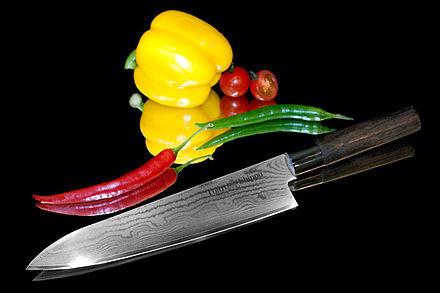 Нож кухонный стальной Шеф (240мм) Tojiro Shippu FD-595Tojiro Shippu<br>Нож кухонный стальной Шеф (240мм) Tojiro Shippu FD-595<br><br>Ножи Tojiro Shippu – профессиональные японские ножи! Это сочетание классического дизайна и современных материалов и технологий. Рисунок дамасковых обкладок спокойный, границы между слоями немного чувствуются. Граница перехода накладок к центральному слою аккуратная, с обоих сторон.<br>Центральный слой из японской стали VGold-10 дает отличный рез и длительную остроту.Серия ножей с рукоятками из натурального дерева и дамасскими клинками. Это поистине триумф японской гармонии на вашей кухне. Сердцевину клинка с твердостью до 63 HRc защищает обкладка из 37 или 63 слоев нержавеющей стали.<br>Серия кухонных ножей Tojiro Shippu - это серия ножей класса Люкс - элегантных японских ножей из дамасской стали.<br>Официальный сертифицированный продавец TOJIRO<br>