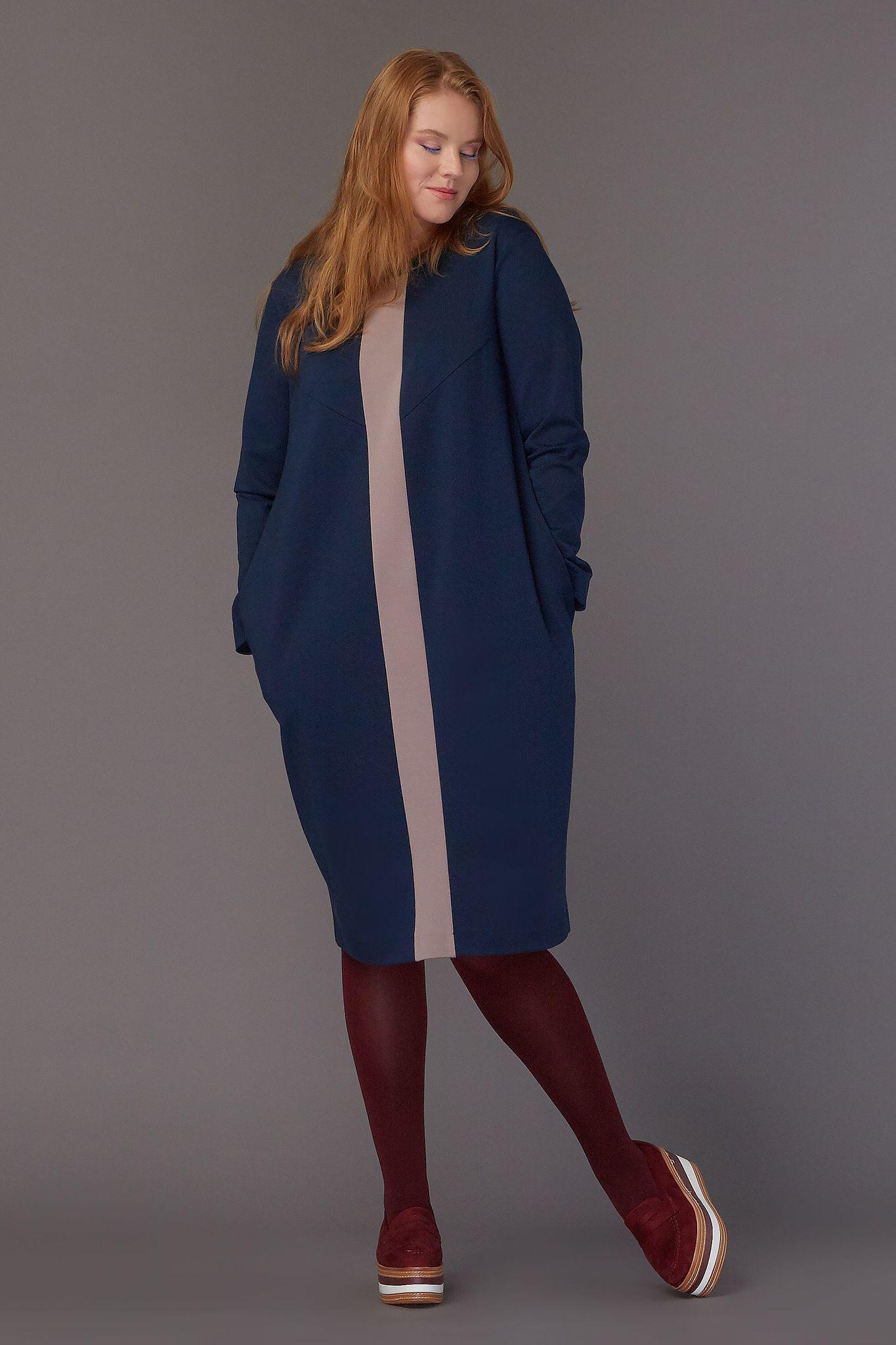 Платье   LE-08 D04 31/15Хиты продаж<br>Уютное платье-кокон из плотного мягкого трикотажа с контрастной полосой, длиной чуть ниже колена и  функциональными карманами. Все, что необходимо этой осенью - в одном платье, которое можно носить так часто, как хочется, меняя только аксессуары. Рост модели на фото 179 см, размер - 52 российский.Рост модели на фото 179 см, размер - 52 российский<br>