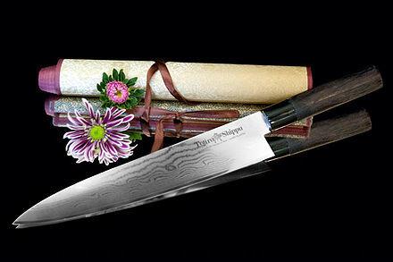 Нож кухонный стальной Шеф (270мм) Tojiro Shippu FD-596Tojiro Shippu<br>Нож кухонный стальной Шеф (270мм) Tojiro Shippu FD-596<br><br>Ножи Tojiro Shippu – профессиональные японские ножи! Это сочетание классического дизайна и современных материалов и технологий. Рисунок дамасковых обкладок спокойный, границы между слоями немного чувствуются. Граница перехода накладок к центральному слою аккуратная, с обоих сторон.<br>Центральный слой из японской стали VGold-10 дает отличный рез и длительную остроту.Серия ножей с рукоятками из натурального дерева и дамасскими клинками. Это поистине триумф японской гармонии на вашей кухне. Сердцевину клинка с твердостью до 63 HRc защищает обкладка из 37 или 63 слоев нержавеющей стали.<br>Серия кухонных ножей Tojiro Shippu - это серия ножей класса Люкс - элегантных японских ножей из дамасской стали.<br>Официальный сертифицированный продавец TOJIRO<br>