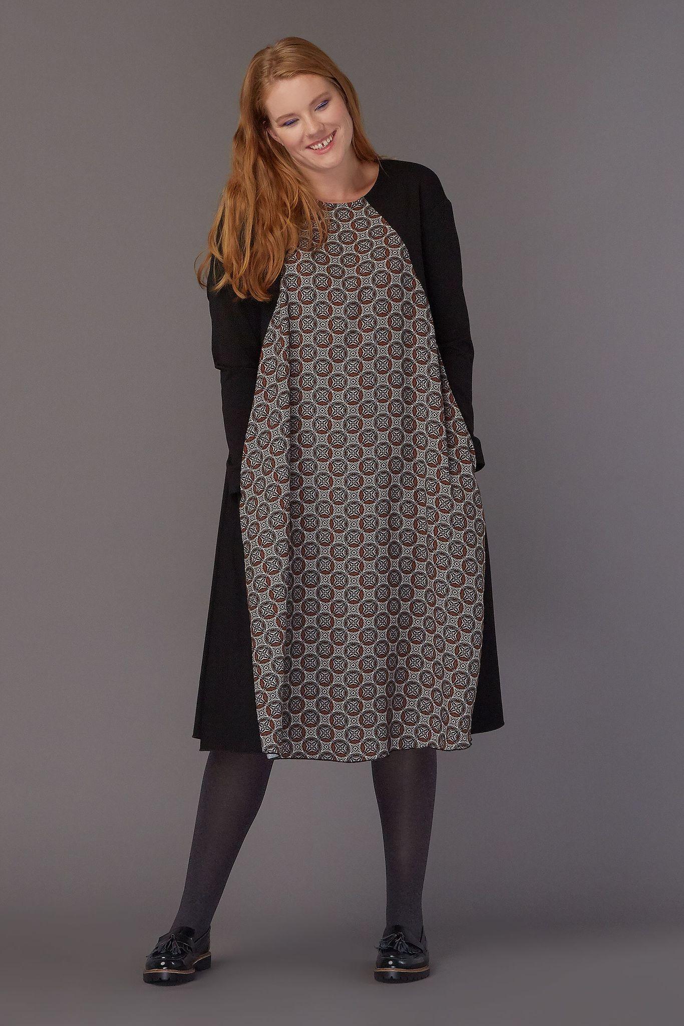 Платье с принтом LE-08 D07 01Платья<br>Трикотажное платье с геометричным контрастным принтом, А-силуэта, длиной чуть ниже колена и функциональными карманами в боковых швах. Летящее, яркое, с идеальной посадкой, подходящее для любого типа фигуры. Рост модели на фото 179 см, размер - 52 российский.<br>
