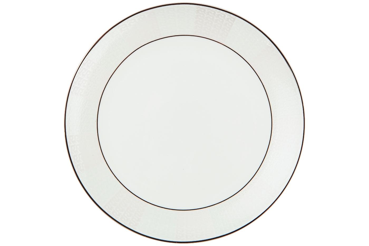 Набор из 6 тарелок Royal Aurel Кружево (20см) арт.511Наборы тарелок<br>Набор из 6 тарелок Royal Aurel Кружево (20см) арт.511<br>Производить посуду из фарфора начали в Китае на стыке 6-7 веков. Неустанно совершенствуя и селективно отбирая сырье для производства посуды из фарфора, мастерам удалось добиться выдающихся характеристик фарфора: белизны и тонкостенности. В XV веке появился особый интерес к китайской фарфоровой посуде, так как в это время Европе возникла мода на самобытные китайские вещи. Роскошный китайский фарфор являлся изыском и был в новинку, поэтому он выступал в качестве подарка королям, а также знатным людям. Такой дорогой подарок был очень престижен и по праву являлся элитной посудой. Как известно из многочисленных исторических документов, в Европе китайские изделия из фарфора ценились практически как золото. <br>Проверка изделий из костяного фарфора на подлинность <br>По сравнению с производством других видов фарфора процесс производства изделий из настоящего костяного фарфора сложен и весьма длителен. Посуда из изящного фарфора - это элитная посуда, которая всегда ассоциируется с богатством, величием и благородством. Несмотря на небольшую толщину, фарфоровая посуда - это очень прочное изделие. Для демонстрации плотности и прочности фарфора можно легко коснуться предметов посуды из фарфора деревянной палочкой, и тогда мы услушим характерный металлический звон. В составе фарфоровой посуды присутствует костяная зола, благодаря чему она может быть намного тоньше (не более 2,5 мм) и легче твердого или мягкого фарфора. Безупречная белизна - ключевой признак отличия такого фарфора от других. Цвет обычного фарфора сероватый или ближе к голубоватому, а костяной фарфор будет всегда будет молочно-белого цвета. Характерная и немаловажная деталь - это невесомая прозрачность изделий из фарфора такая, что сквозь него проходит свет.<br>