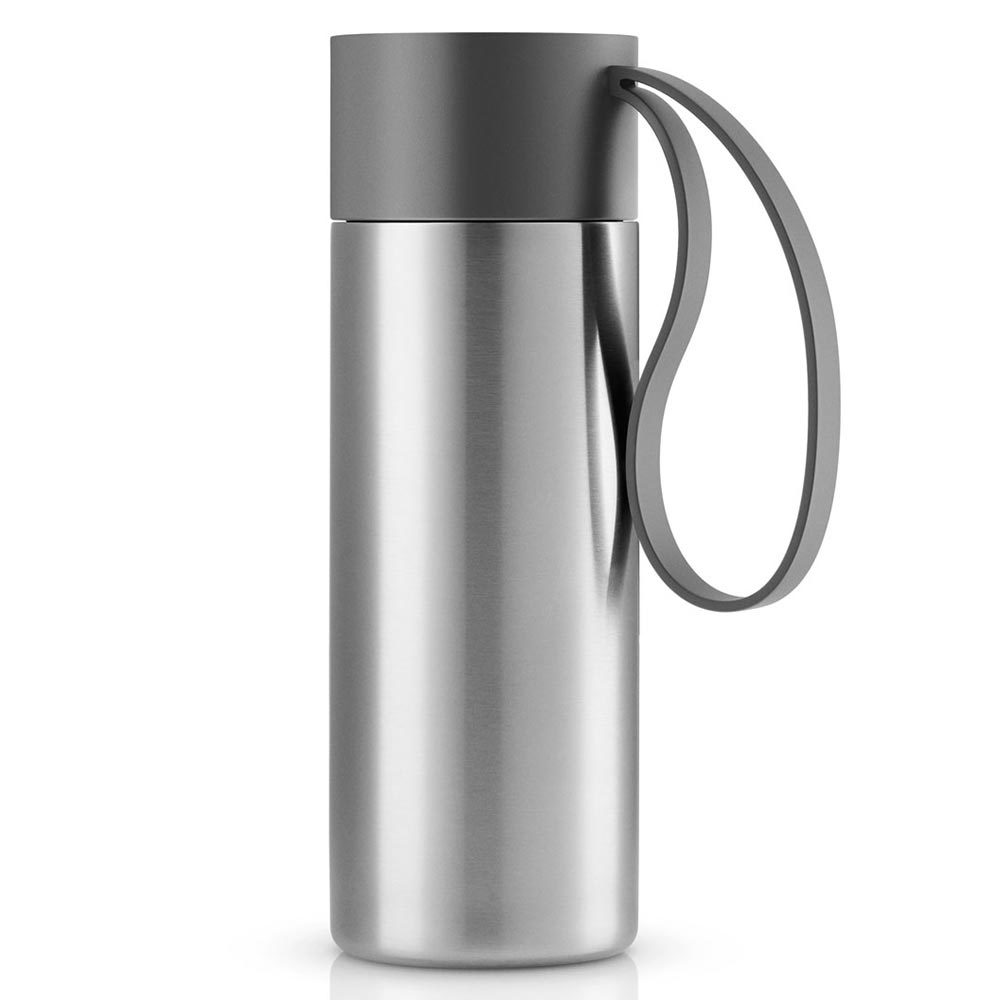 Термос To Go 350 мл серый Eva Solo 567461Термосы<br>Термос можно брать с собой куда угодно. Крышка легко открывается и закрывается даже на ходу благодаря функциональному клапану, с которым легко справиться одной рукой. Наполните термос To Go кофе или другим напитком - и двойные герметичные стенки надёжно сохранят напиток горячим или холодным. Практичный силиконовый ремешко поможет взять термос с собой и всегда иметь возможность выпить горячего или холодного напитка.<br>Сделан из стали, пластика и силикона. Можно мыть в посудомоечной машине. Объём 350 мл. Высота 20 см.<br>