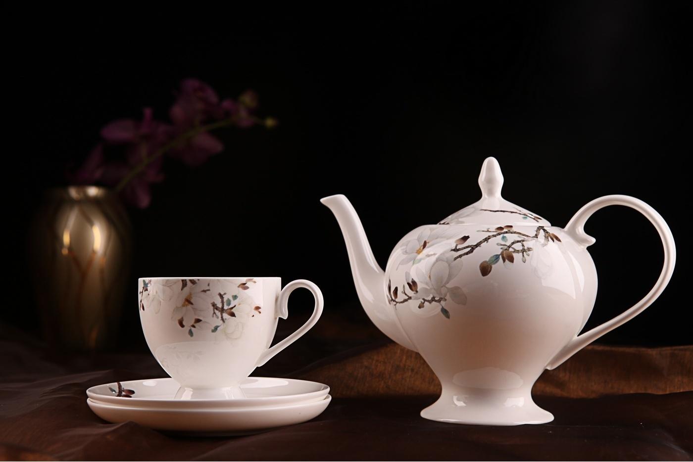 Чайный сервиз Royal Aurel Магнолия арт.104, 15 предметовЧайные сервизы<br>Чайныйсервиз Royal Aurel Магнолия арт.104, 15предметов<br><br><br><br><br><br><br><br><br><br><br><br>Чашка 270 мл,6 шт.<br>Блюдце 15 см,6 шт.<br>Чайник 1100 мл<br>Сахарница 370 мл<br><br><br><br><br><br><br><br><br>Молочник 300 мл<br><br><br><br><br><br><br><br><br>Производить посуду из фарфора начали в Китае на стыке 6-7 веков. Неустанно совершенствуя и селективно отбирая сырье для производства посуды из фарфора, мастерам удалось добиться выдающихся характеристик фарфора: белизны и тонкостенности. В XV веке появился особый интерес к китайской фарфоровой посуде, так как в это время Европе возникла мода на самобытные китайские вещи. Роскошный китайский фарфор являлся изыском и был в новинку, поэтому он выступал в качестве подарка королям, а также знатным людям. Такой дорогой подарок был очень престижен и по праву являлся элитной посудой. Как известно из многочисленных исторических документов, в Европе китайские изделия из фарфора ценились практически как золото. <br>Проверка изделий из костяного фарфора на подлинность <br>По сравнению с производством других видов фарфора процесс производства изделий из настоящего костяного фарфора сложен и весьма длителен. Посуда из изящного фарфора - это элитная посуда, которая всегда ассоциируется с богатством, величием и благородством. Несмотря на небольшую толщину, фарфоровая посуда - это очень прочное изделие. Для демонстрации плотности и прочности фарфора можно легко коснуться предметов посуды из фарфора деревянной палочкой, и тогда мы услушим характерный металлический звон. В составе фарфоровой посуды присутствует костяная зола, благодаря чему она может быть намного тоньше (не более 2,5 мм) и легче твердого или мягкого фарфора. Безупречная белизна - ключевой признак отличия такого фарфора от других. Цвет обычного фарфора сероватый или ближе к голубоватому, а костяной фарфор будет всегда будет молочно-белого цвета. Характерная и немаловажная деталь - это