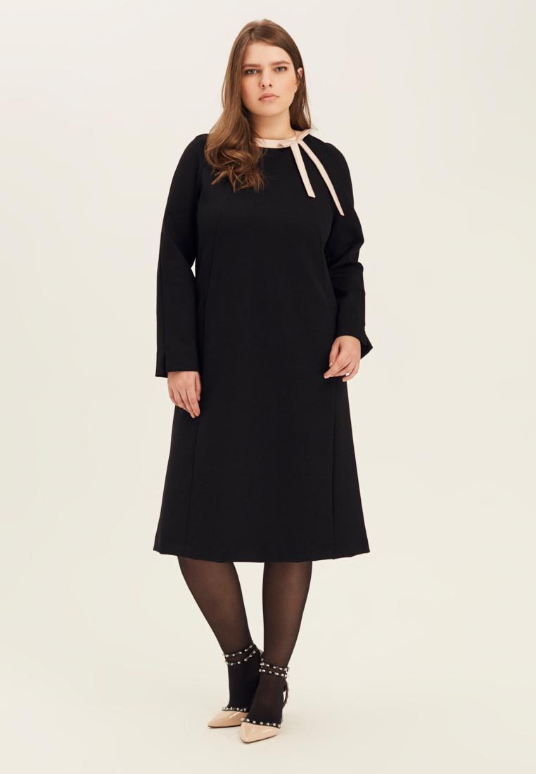 Платье с бантом W10 D06 01Хиты продаж<br>Вся власть - деталям! Мягко прилегающее черное платье, максимально закрытое, с длинными рукавами, вырезом под горло, длиной ниже колена - воплощение скромности. Но контрастная отделка выреза с графичным и по настоящему франзуским бантом, напрочь лишает его налета пуританства и делает незаменимым для натур мечтательных, но современных и  вечно занятых. В нем можно буквально с корабля на бал - с рабочей встречи на свидание, с экзамена - на современный концептуальный спектакль.  Рост модели на фото 178 см, размер 54 (российский).<br>