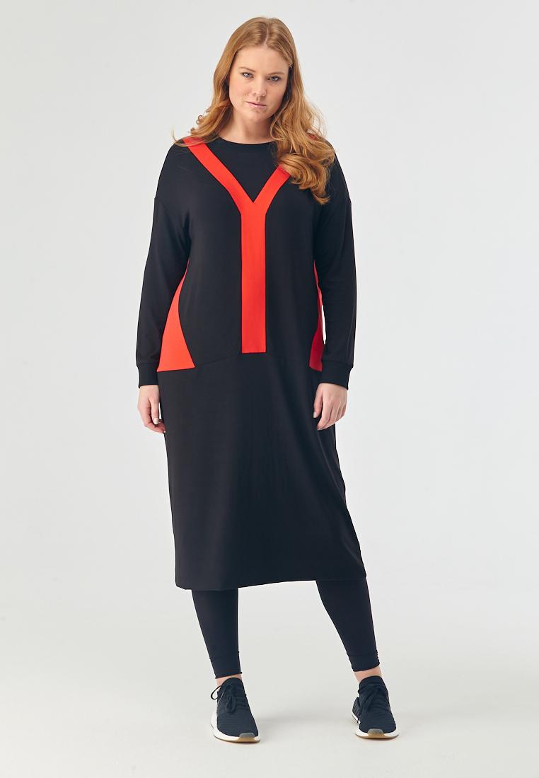 Платье L05 D14 01/18SALE %<br>Этому городу нужна новая героиня, а новой героине нужно новое платье! Например – наше новое платье:  минималистичное и лаконичное, в меру спортивное, с неглубоким округлым вырезом и длинными рукавами. А готовность совершить подвиг подчеркнут вспышки красного апельсина – Y-образная вставка спереди и треугольные вставки по бокам. Отличный выбор на каждый день, для вечеринкок или креативного офиса, с кроссовками, ботинками или туфельками,  решение за вами. Не требует особого ухода: постирал, встяхнул, надел, все как мы любим.Рост модели на фото 176 см, размер 52 (российский).<br>