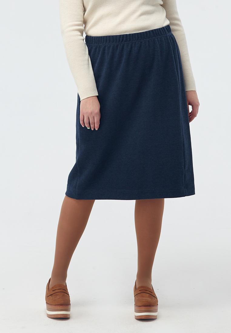 Юбка W11 SK02 20Юбки<br>Прямая юбка с разрезом – традиционный элемент офисного гардероба, но наша юбка из плотного кроеного трикотажа – немножко хулиганка и будто шепчет «а может, на каток?». Акцентированная удобная резинка на поясе и мягкость линий намекают, что даже в самый напряженный рабочий день стоит позаботиться о своем комфорте – а выглядеть вы будете безупречно в любой ситуации. Идеальная пара к лонгсливам из наших коллекций.Рост модели на фото 176 см, размер 52 (российский).<br>