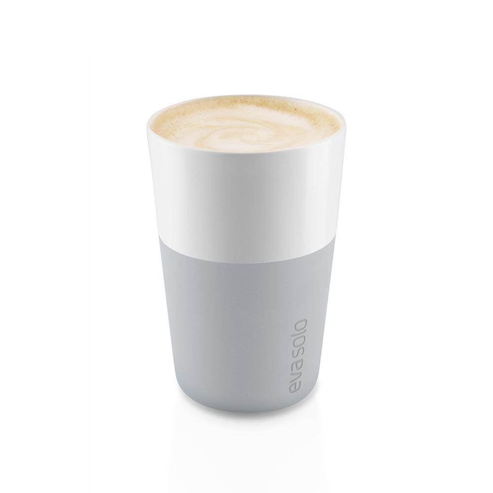 Чашки для латте 2 шт 360 мл серые Eva Solo 501046Кружки и чашки<br>Чашки для латте 2 шт 360 мл серые Eva Solo 501046<br><br>Набор из двух чашек для кофе латте от Eva Solo рассчитана на 360 мл - оптимальный объём для латте, (,учитывая шапку молочной пены), а также стандартный объём для этого типа напитка у большинства кофе-машин. Чашка изготовлена из фарфора и располагает специальным силиконовым чехлом: можно держать в руках, не рискуя обжечь пальцы. Чехол легко снимается, и чашку можно мыть в посудомоечной машине. Продуманная и красивая посуда от Eva Solo станет украшением любой кухни!<br>