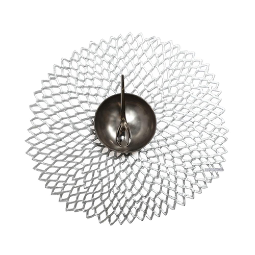 Салфетка подстановочная, винил, (36х39) Silver (100142-001) CHILEWICH Pressed dahlia арт. 0403-DAHL- SILVСервировка стола<br>Подстановочные салфетки Pressed dahlia — простой и доступный способ создать неповторимую атмосферу романтичности, торжественности или домашнего уюта. Оригинальный дизайн круглых виниловых салфеток напоминает легкое кружево ручной работы и удачно сочетается с широкой гаммой оттенков.<br>Благодаря современным материалам подстановочные салфетки не только практичны и удобны в использовании, но и выглядят весьма респектабельно. Они устойчивы к выцветанию, легко моются, не деформируются и не подвержены образованию плесневого грибка.<br>Подстановочные салфетки Pressed dahlia имитируют ажурное плетение «под ручную вязку», но на самом деле выполнены из винила, что позволяет использовать их и для внутреннего интерьера, и для сервировки стола на свежем воздухе.<br><br>длина (см):39материал:винилпредметов в наборе (штук):1страна:СШАширина (см):36.0<br>Официальный продавец CHILEWICH<br>
