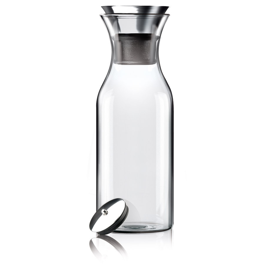 """Графин Fridge 1 л Eva Solo 567510Графины и кувшины<br>Подходит для воды, сока или чая, который можно заваривать прямо в графине. Идеален для лимонадов или травяных чаев. Удобно хранить на полочке в дверце холодильника, размер подходит для большинства моделей. Материалы: закаленное стекло, нержавеющая сталь. <br>Главная особенность графина — инновационная технология Drip-free &amp;#40,""""ни капли мимо""""&amp;#41,. Двойное горлышко позволяет гарантировать, что ни одна капля напитка не прольётся мимо. Металлическая крышка графина имеет силиконовый фильтр, который не даст кусочкам лимона или мяты попасть в стакан, а также она сама отодвигается, когда вы наклоняете бутылку.<br>Стеклянные и металлические части можно мыть в посудомоечной машине.<br>"""