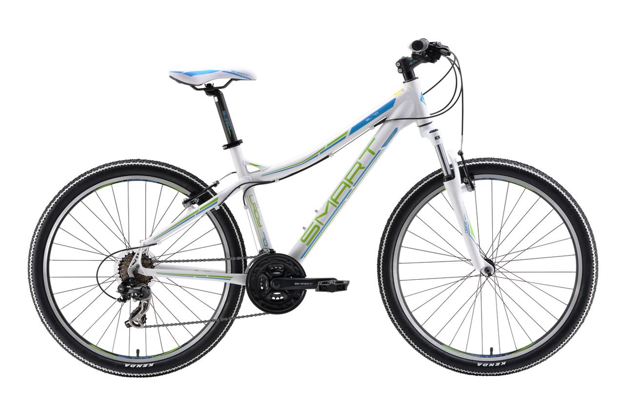 Smart Lady 70 (2016)Горные<br>Недорогой женский велосипед начального уровня от компании Smart Lady 70 2016, предназначен для прогулок по паркам, легкой пересеченной местности, а так же для городской езды. С одной стороны эта модель самая простая в линейке горных женских велосипедов Smart, с другой она уже хорошо укомплектована:Легкая и прочная алюминиевая рама с трейловой геометрией, которая разработана с учетом женской анатомии, делает посадку более ровной, не нужно тянуться к рулю, при этом спина меньше устает во время длительного катания. Колеса собраны на двойных ободах, что делает их прочными и жесткими, они не боятся не бордюров, не камней и корней неожиданно попадающихся на пути, можно не бояться появления «восьмерок». На велосипед установлена качественная вилка SR Suntour M3030 с 75мм хода, которого вполне достаточно для сглаживания неровностей, а в совокупности с толстыми мягкими грипсами,  дающая комфорт и четкое управление байком. Переключатель Shimano Tourney с триггерными (лепестковыми) манетками будет радовать четкой, надежной работой и удобством использования, а классические ободные тормоза от Promax будут уверенно помогать в контроле скорости движения.<br>