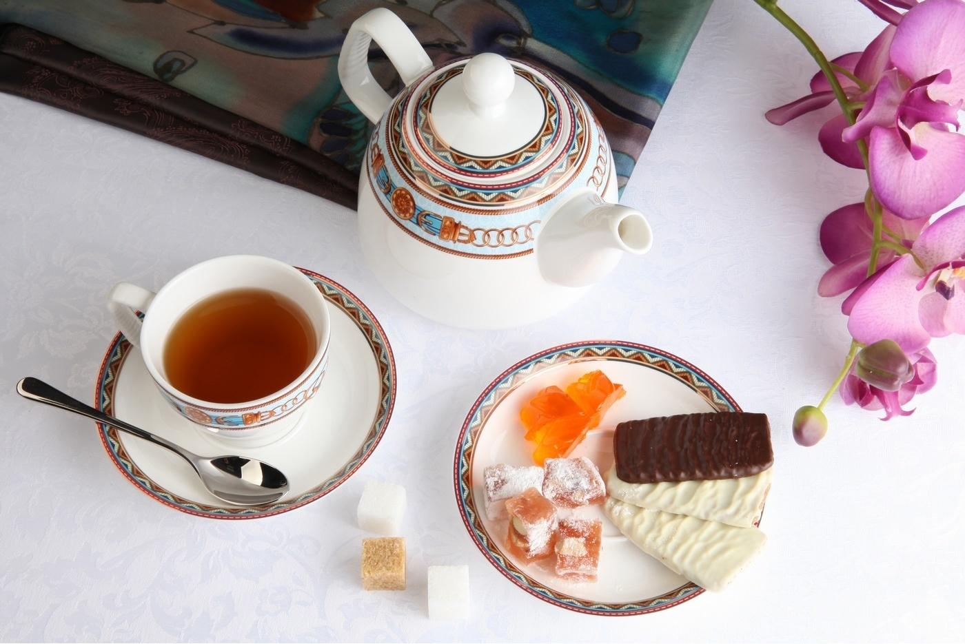 Чайный сервиз Royal Aurel Гермес арт.142, 13 предметовЧайные сервизы<br>Чайный сервиз Royal Aurel Гермес арт.142, 13 предметов<br><br><br><br><br><br><br><br><br><br><br>Чашка 300 мл,6 шт.<br>Блюдце 15 см,6 шт.<br>Чайник 1300 мл<br><br><br><br><br><br><br>Производить посуду из фарфора начали в Китае на стыке 6-7 веков. Неустанно совершенствуя и селективно отбирая сырье для производства посуды из фарфора, мастерам удалось добиться выдающихся характеристик фарфора: белизны и тонкостенности. В XV веке появился особый интерес к китайской фарфоровой посуде, так как в это время Европе возникла мода на самобытные китайские вещи. Роскошный китайский фарфор являлся изыском и был в новинку, поэтому он выступал в качестве подарка королям, а также знатным людям. Такой дорогой подарок был очень престижен и по праву являлся элитной посудой. Как известно из многочисленных исторических документов, в Европе китайские изделия из фарфора ценились практически как золото. <br>Проверка изделий из костяного фарфора на подлинность <br>По сравнению с производством других видов фарфора процесс производства изделий из настоящего костяного фарфора сложен и весьма длителен. Посуда из изящного фарфора - это элитная посуда, которая всегда ассоциируется с богатством, величием и благородством. Несмотря на небольшую толщину, фарфоровая посуда - это очень прочное изделие. Для демонстрации плотности и прочности фарфора можно легко коснуться предметов посуды из фарфора деревянной палочкой, и тогда мы услушим характерный металлический звон. В составе фарфоровой посуды присутствует костяная зола, благодаря чему она может быть намного тоньше (не более 2,5 мм) и легче твердого или мягкого фарфора. Безупречная белизна - ключевой признак отличия такого фарфора от других. Цвет обычного фарфора сероватый или ближе к голубоватому, а костяной фарфор будет всегда будет молочно-белого цвета. Характерная и немаловажная деталь - это невесомая прозрачность изделий из фарфора такая, что сквозь него проходит свет.<br>