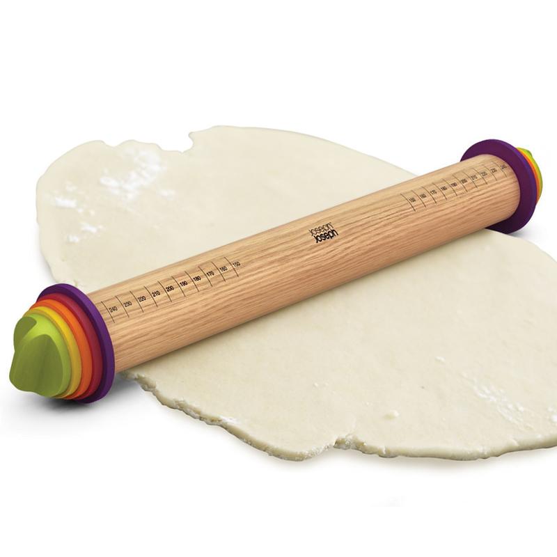Скалка регулируемая Joseph Joseph разноцветная 20085Готовимся к Пасхе<br>Скалка регулируемая Joseph Joseph разноцветная 20085<br><br>Инновационная скалка избавляет от трудностей приготовления бисквитного теста, основы для пиццы, теста для лазаньи или фило теста. Ведь для нужного вкуса коржи или листы теста должны быть разной толщины! С помощью прилагаемого набора съемных дисков вы можете опустить скалку или приподнять ее над рабочей поверхностью на 2 мм, 4 мм, 6 мм или 10 мм. Таким образом, вы раскатаете идеально тонкое тесто для пельменей, среднее для выпечки или пышное для пиццы. Конструкция гарантирует одинаковую толщину теста. Плюс скалку можно использовать как обычно, без дисков. Дополнительно на ее поверхность нанесена разметка, которая позволяет вам определить размер раскатываемого листа теста. А это так важно, чтобы поместить его в небольшую круглую форму или рассчитать, сколько круассанов получится из большого куска! Диски можно мыть в посудомоечной машине, а вот основу скалки – только вручную, не погружая в воду.<br>Официальный продавец<br>