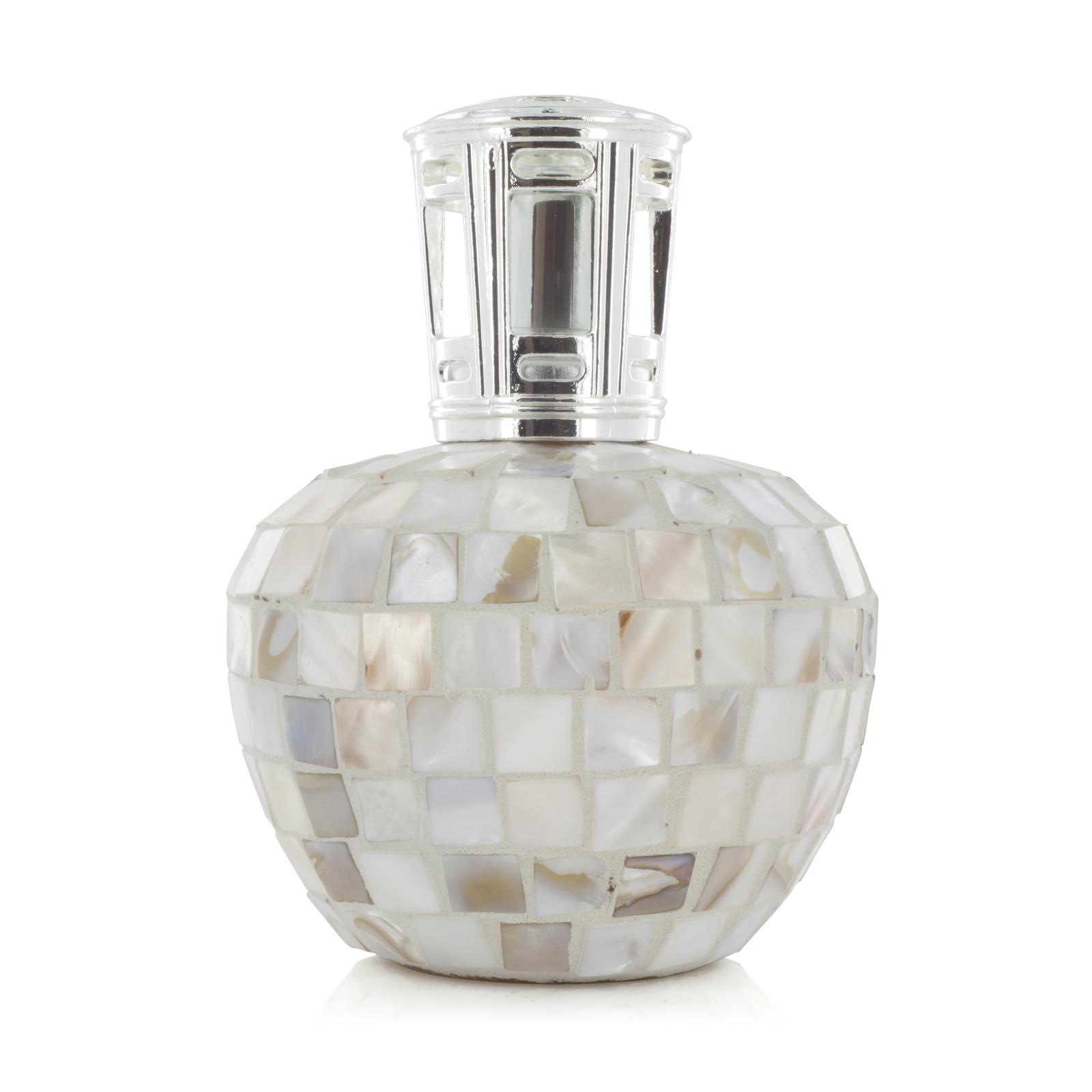 Аромалампа Королева океана (Большие ароматические лампы)Большие ароматические лампы<br>Аромалампа в форме яблока покрыта квадратными кусочками перламутра вручную. Завершает лампу серебряная металлическая корона — она как будто венчает саму Королеву Океана.<br>Правила обращения с продукциейAshleigh&amp;Burwood<br>