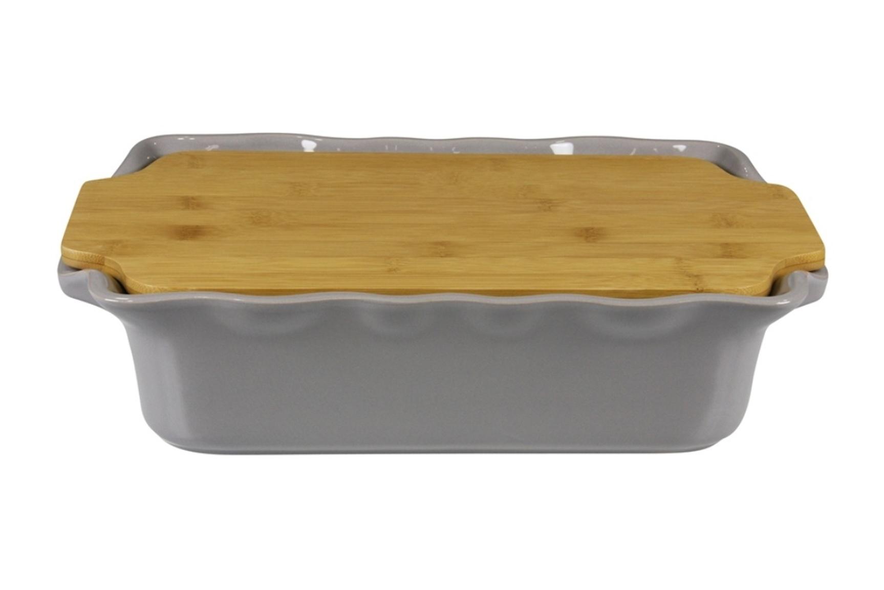Форма с доской прямоугольная 37 см Appolia Cook&amp;Stock DARK GREY 131037006Скидки на товары для кухни<br>Форма с доской прямоугольная 37 см Appolia Cook&amp;Stock DARK GREY 131037006<br><br>В оригинальной коллекции Cook&amp;Stoock присутствуют мягкие цвета трех оттенков. Закругленные углы облегчают чистку. Легко использовать. Компактное хранение. В комплекте натуральные крышки из бамбука, которые можно использовать в качестве подставки, крышки и разделочной доски. Прочная жароустойчивая керамика экологична и изготавливается из высококачественной глины. Прочная глазурь устойчива к растрескиванию и сколам, не содержит свинца и кадмия. Глина обеспечивает медленный и равномерный нагрев, деликатное приготовление с сохранением всех питательных веществ и витаминов, а та же долго сохраняет тепло, что удобно при сервировке горячих блюд.<br>