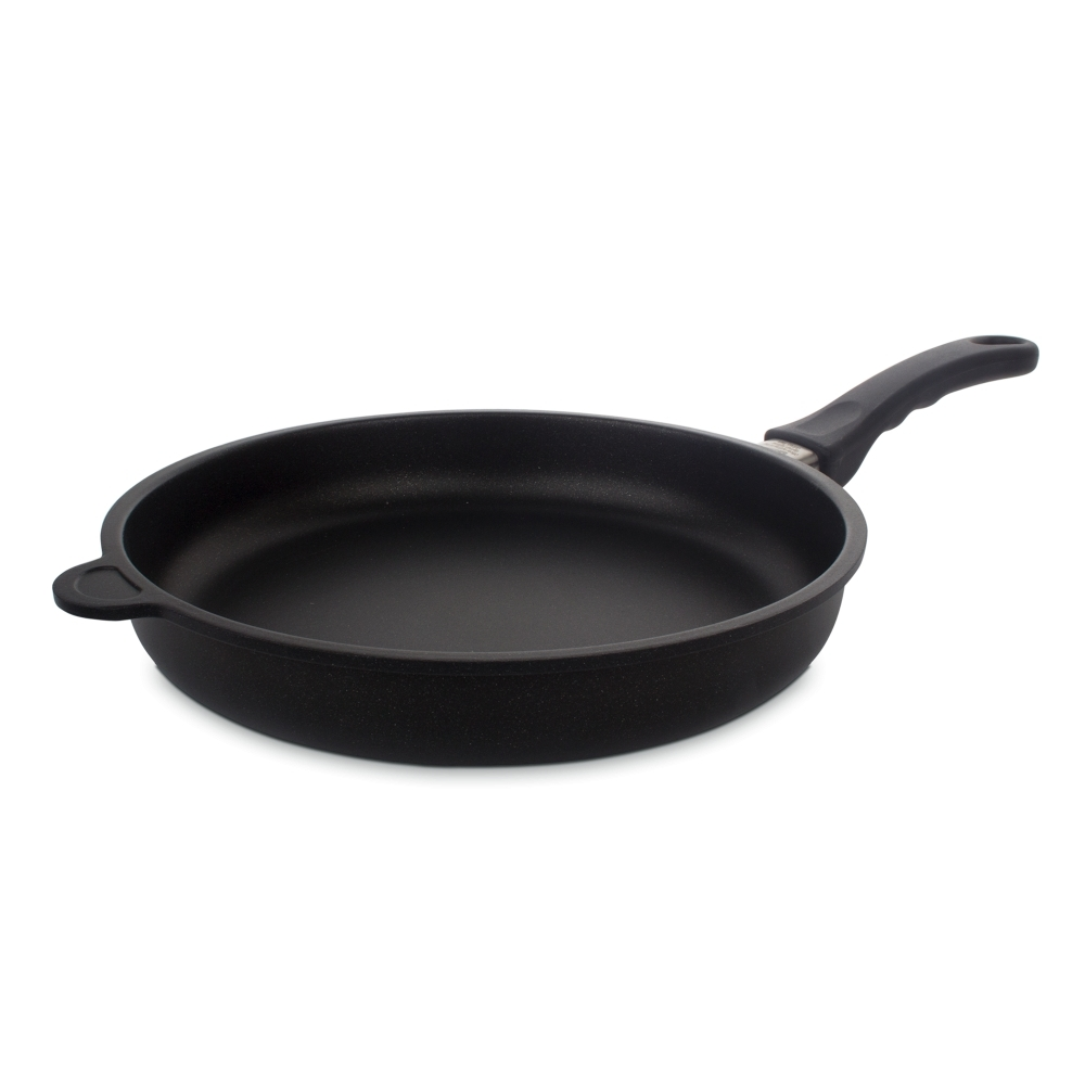 Сковорода 28 см AMT Frying Pans арт. AMT528FIXСковороды<br>Сковорода 28 см AMT Frying Pans арт. AMT528FIX<br><br>высота (см): 5.0диаметр (см): 28.0толщина дна (см): 1крышка: нетматериал: алюминийпокрытие: антипригарноепредметов в наборе (штук): 1ручки: фиксированныестрана: Германиятип варочной поверхности: все типы поверхностей, кроме индукционной<br>Сковороды серии Diamond Crystal изготовлены из высокопрочного материала по специальной технологии с использованием алмазных кристаллов. Плюсом новой технологии является отсутствие в составе покрытия перфтороктановой кислоты, что делает продукцию компании AMT абсолютно безопасной для здоровья человека.<br>Серия Diamond Crystal обладают высокой стойкостью покрытия. Такие качества, как надежность, термостойкость и долговечность посуды Diamond Crystal достигается благодаря использованию алмазных кристаллов, природные свойства которых позволяют мгновенно распределять тепло. Процесс приготовления вкусной и здоровой пищи становится более простым и приятным.<br>Сковороды Diamond Crystal подходят практически для всех видов плит. Они оснащены съемной жаропрочной ручкой, благодаря чему изделия можно использовать в духовке при температуре до 210°С. Таким образом сковороды пригодны не только для жарки, но и для тушения и запекания.<br>