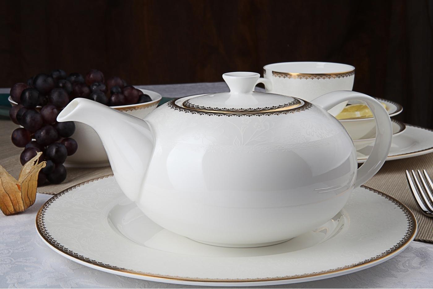 Чайный сервиз Royal Aurel Флора арт.138, 13 предметовЧайные сервизы<br>Чайный сервиз Royal Aurel Флора арт.138, 13 предметов<br><br><br><br><br><br><br><br><br><br><br>Чашка 300 мл,6 шт.<br>Блюдце 15 см,6 шт.<br>Чайник 1300 мл<br><br><br><br><br><br><br>Производить посуду из фарфора начали в Китае на стыке 6-7 веков. Неустанно совершенствуя и селективно отбирая сырье для производства посуды из фарфора, мастерам удалось добиться выдающихся характеристик фарфора: белизны и тонкостенности. В XV веке появился особый интерес к китайской фарфоровой посуде, так как в это время Европе возникла мода на самобытные китайские вещи. Роскошный китайский фарфор являлся изыском и был в новинку, поэтому он выступал в качестве подарка королям, а также знатным людям. Такой дорогой подарок был очень престижен и по праву являлся элитной посудой. Как известно из многочисленных исторических документов, в Европе китайские изделия из фарфора ценились практически как золото. <br>Проверка изделий из костяного фарфора на подлинность <br>По сравнению с производством других видов фарфора процесс производства изделий из настоящего костяного фарфора сложен и весьма длителен. Посуда из изящного фарфора - это элитная посуда, которая всегда ассоциируется с богатством, величием и благородством. Несмотря на небольшую толщину, фарфоровая посуда - это очень прочное изделие. Для демонстрации плотности и прочности фарфора можно легко коснуться предметов посуды из фарфора деревянной палочкой, и тогда мы услушим характерный металлический звон. В составе фарфоровой посуды присутствует костяная зола, благодаря чему она может быть намного тоньше (не более 2,5 мм) и легче твердого или мягкого фарфора. Безупречная белизна - ключевой признак отличия такого фарфора от других. Цвет обычного фарфора сероватый или ближе к голубоватому, а костяной фарфор будет всегда будет молочно-белого цвета. Характерная и немаловажная деталь - это невесомая прозрачность изделий из фарфора такая, что сквозь него проходит свет.<br>