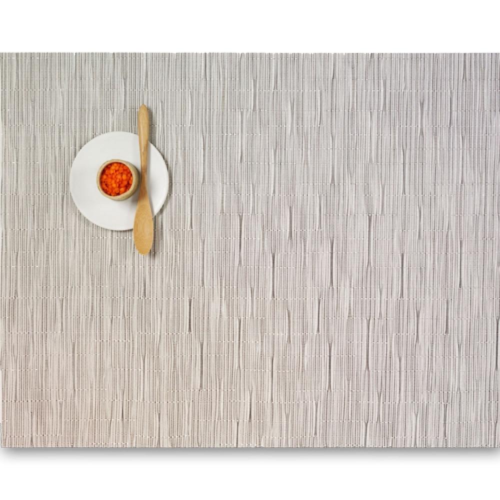 Салфетка подстановочная, жаккардовое плетение, винил, (36х48) Chalk (100105-004) CHILEWICH Bamboo арт. 0025-BAMB-CHALСервировка стола<br>Салфетки и подставки для посуды от американского дизайнера Сэнди Чилевич, выполнены из виниловых нитей — современного материала, позволяющего создавать оригинальные текстуры изделий без ущерба для их долговечности. Возможно, именно в этом кроется главный секрет популярности этих стильных салфеток.<br>Впрочем, это не мешает подставочным салфеткам Chilewich оставаться достаточно демократичными, для того чтобы занять своё место и на вашем столе. Вашему вниманию предлагается широкий выбор вариантов дизайна спокойных тонов, способного органично вписаться практически в любой интерьер.<br>длина (см):48материал:винилпредметов в наборе (штук):1страна:СШАширина (см):36.0<br>