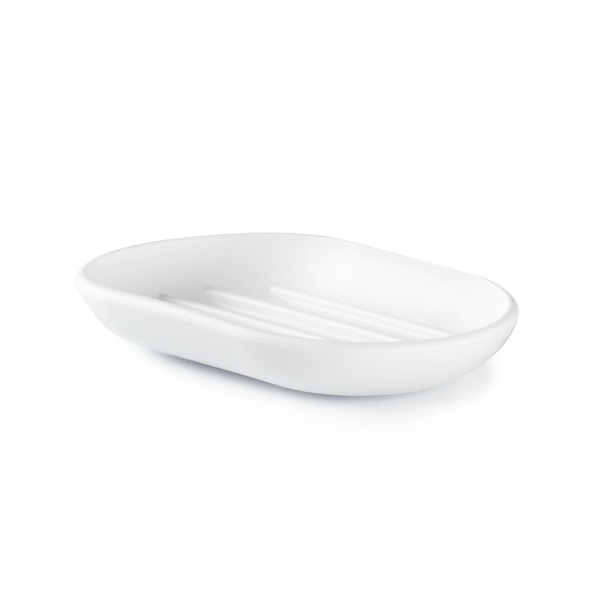 Мыльница Umbra touch белая 023272-660Мыльницы<br>Мыльница Umbra touch белая 023272-660<br><br>Функциональность мыльницы неоспорима - именно она защищает нашу раковину от мыльных подтеков и пятен. А как насчет дизайна? В Umbra уверены: такой простой и ежедневно используемый предмет должен выглядеть лаконично, но необычно. Ведь в небольшой ванной комнате не должно быть ничего вызывающе яркого. Немного экспериментировав с формой, дизайнеры создали мыльницу Touch, которая придется кстати в любом доме! Изготовлена из приятного на ощупь пластика, не скользит, а брать из нее мыло удобнее благодаря специальным желобкам на донышке.<br>Официальный продавец<br>