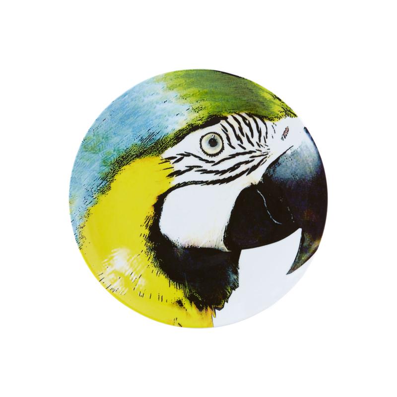 Olhar o Brazil Декоративная тарелка  Yellow Bellied Macaw / Сине-желтый ара 32,7 см (Фарфор Vista Alegre Atlantis, Португалия)Фарфор Vista Alegre Atlantis, Португалия<br>Olhar o Brazil Декоративная тарелка  Yellow Bellied Macaw / Сине-желтый ара 32,7 смСозданная известным архитектором Chico Gouvea, коллекция Olhar o Brazil - экспрессивная и аутентичная дань местной культуре, преобразованная в декор, наполненный  жизнью и красками, где каждый мотив тщательно продуман.  Материал: фарфор Подходит для использования в микроволновой печи и посудомоечной машинеПроизводитель: Vista Alegre Atlantis, Португалия<br>