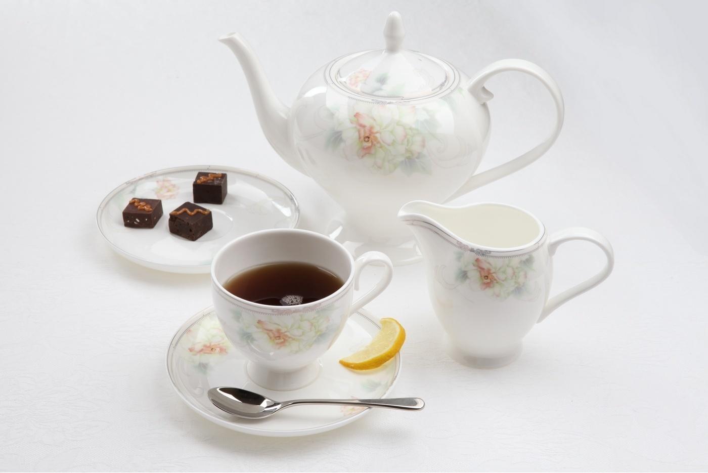 Чайный сервиз Royal Aurel Акварель арт.129, 15 предметовЧайные сервизы<br>Чайный сервиз Royal Aurel Акварель арт.129, 15 предметов<br><br><br><br><br><br><br><br><br><br><br>Чашка 270 мл,6 шт.<br>Блюдце 15 см,6 шт.<br>Чайник 1100 мл<br>Сахарница 370 мл<br><br><br><br><br><br><br><br><br>Молочник 300 мл<br><br><br><br><br><br><br><br><br>Производить посуду из фарфора начали в Китае на стыке 6-7 веков. Неустанно совершенствуя и селективно отбирая сырье для производства посуды из фарфора, мастерам удалось добиться выдающихся характеристик фарфора: белизны и тонкостенности. В XV веке появился особый интерес к китайской фарфоровой посуде, так как в это время Европе возникла мода на самобытные китайские вещи. Роскошный китайский фарфор являлся изыском и был в новинку, поэтому он выступал в качестве подарка королям, а также знатным людям. Такой дорогой подарок был очень престижен и по праву являлся элитной посудой. Как известно из многочисленных исторических документов, в Европе китайские изделия из фарфора ценились практически как золото. <br>Проверка изделий из костяного фарфора на подлинность <br>По сравнению с производством других видов фарфора процесс производства изделий из настоящего костяного фарфора сложен и весьма длителен. Посуда из изящного фарфора - это элитная посуда, которая всегда ассоциируется с богатством, величием и благородством. Несмотря на небольшую толщину, фарфоровая посуда - это очень прочное изделие. Для демонстрации плотности и прочности фарфора можно легко коснуться предметов посуды из фарфора деревянной палочкой, и тогда мы услушим характерный металлический звон. В составе фарфоровой посуды присутствует костяная зола, благодаря чему она может быть намного тоньше (не более 2,5 мм) и легче твердого или мягкого фарфора. Безупречная белизна - ключевой признак отличия такого фарфора от других. Цвет обычного фарфора сероватый или ближе к голубоватому, а костяной фарфор будет всегда будет молочно-белого цвета. Характерная и немаловажная деталь - это н